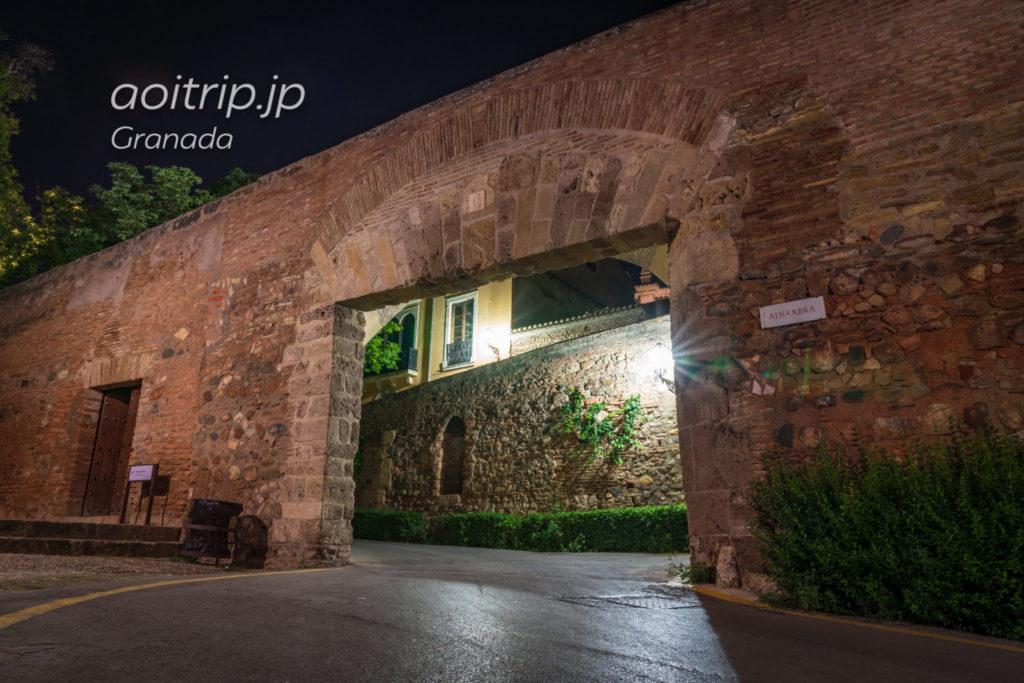 夜のアルハンブラ宮殿 車両の門Pilar de Carlos V