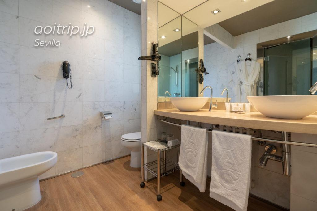 ACホテル シウダッド デ セビージャのバスルーム