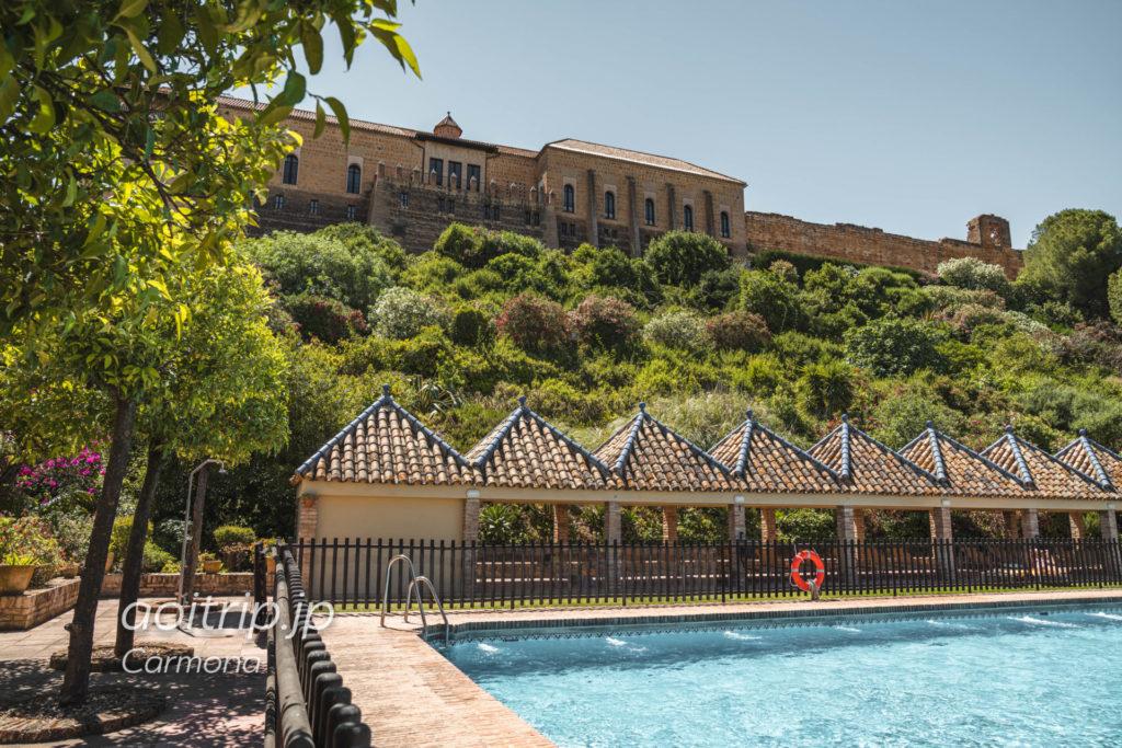 パラドールデカルモナのホテルとプール