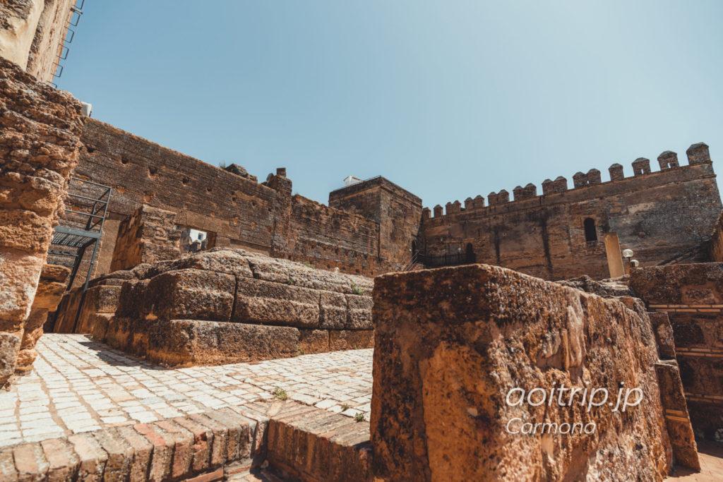 カルモナのPuerta De Sevilla. The podium of the roman temple
