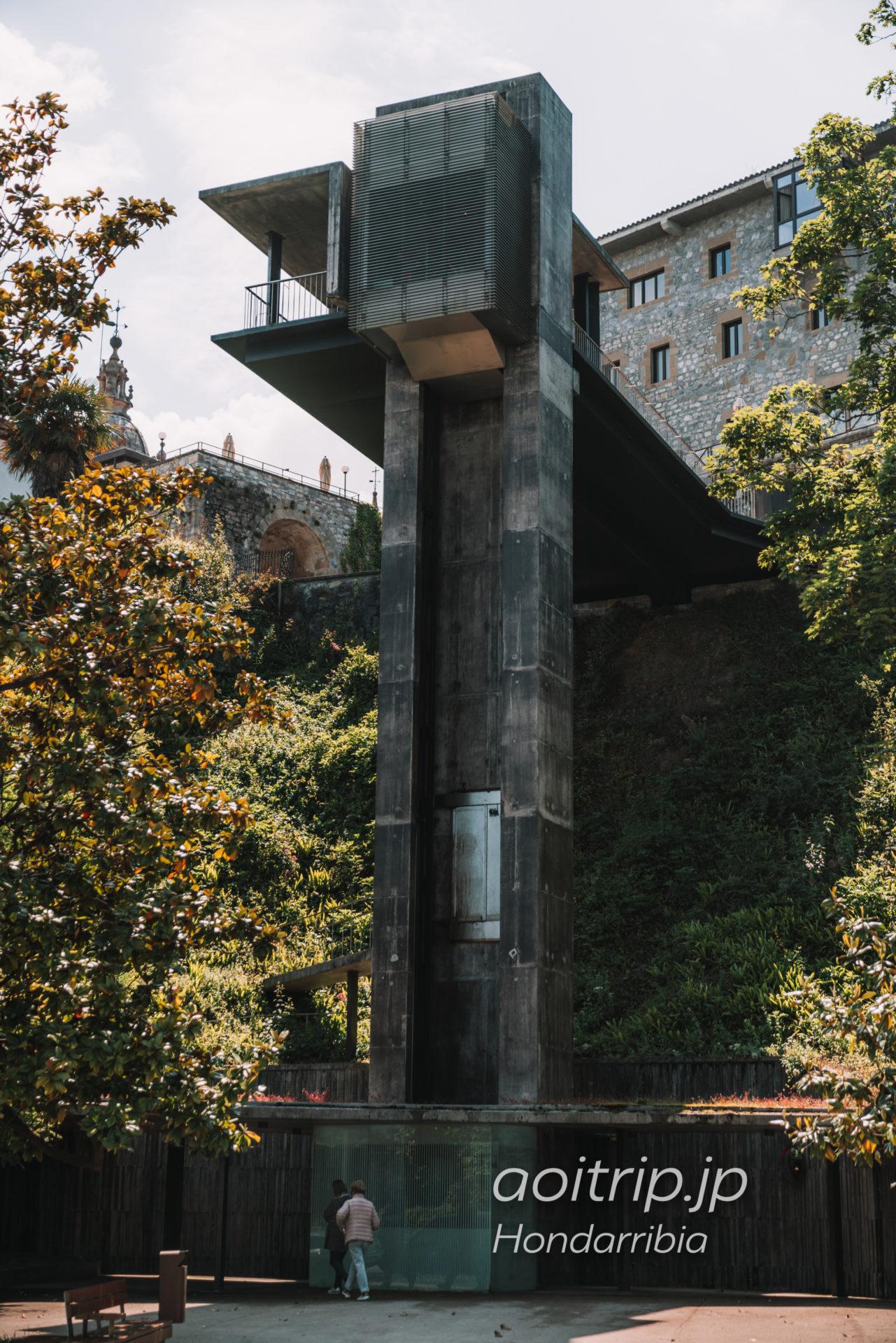 パラドールデオンダリビア前のエレベーター