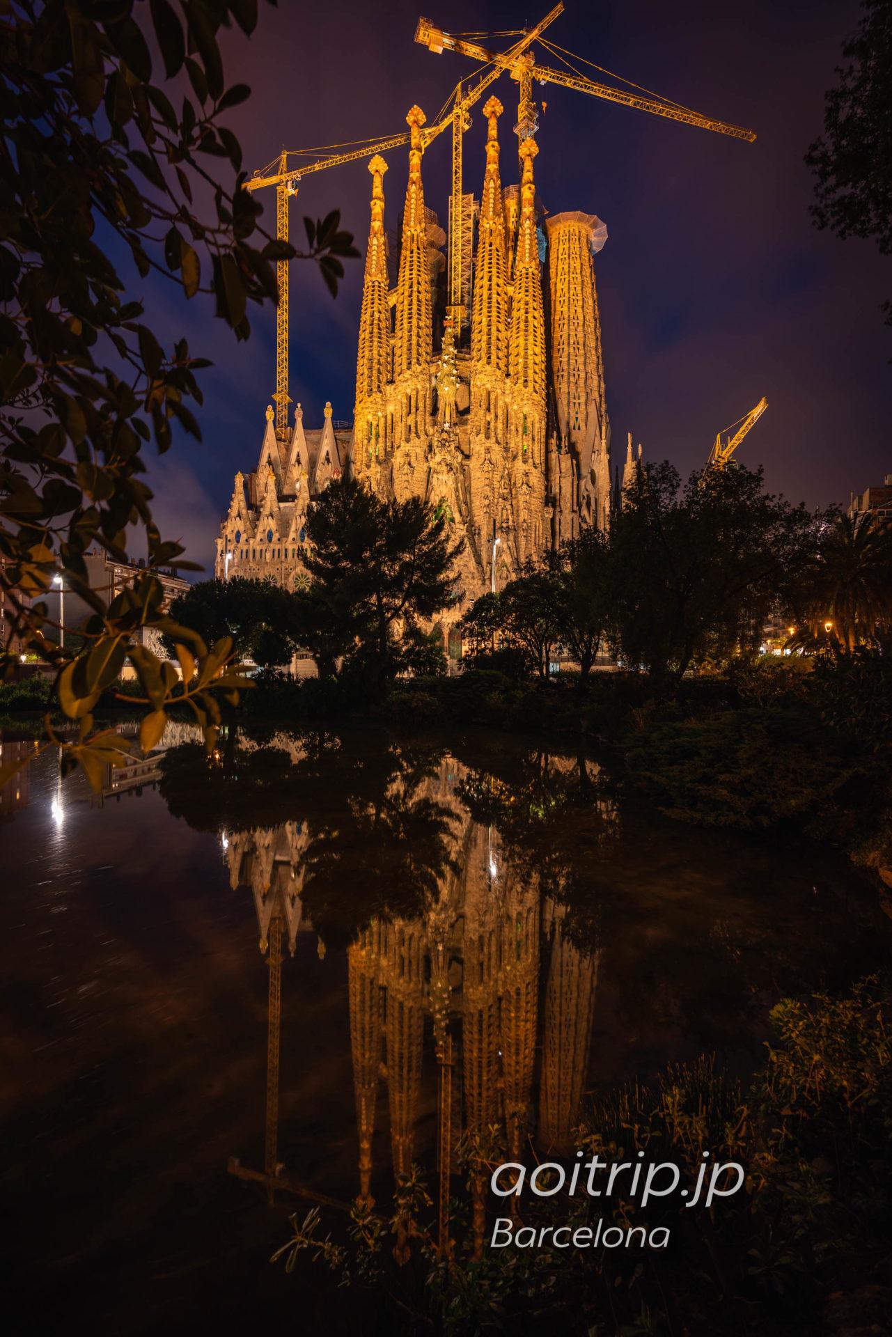夜の鏡張りサグラダファミリア 生誕のファサード