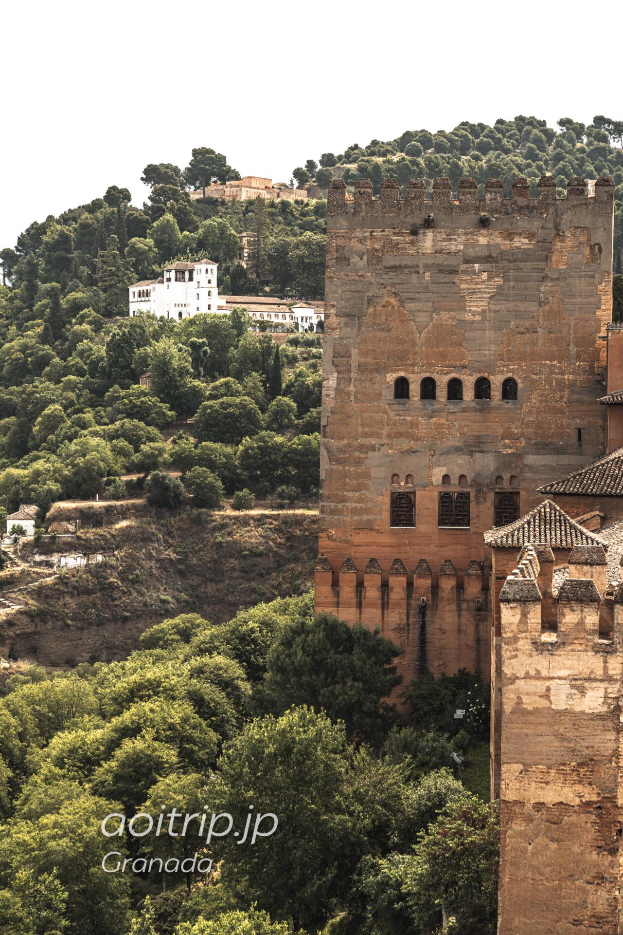 アルハンブラ宮殿アルカサバから望むヘネラリフェ
