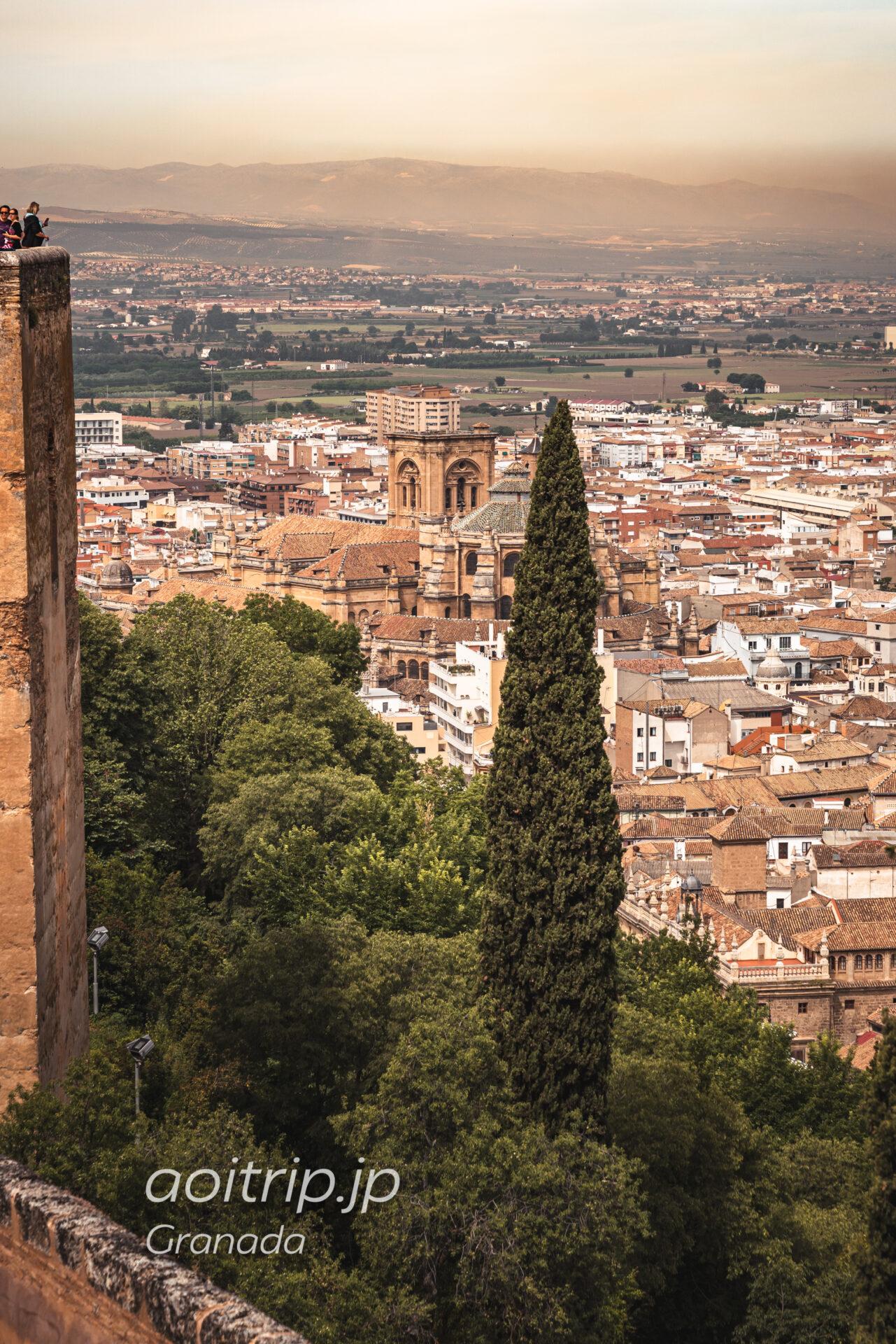 アルハンブラ宮殿のアルカサバから望むグラナダ大聖堂