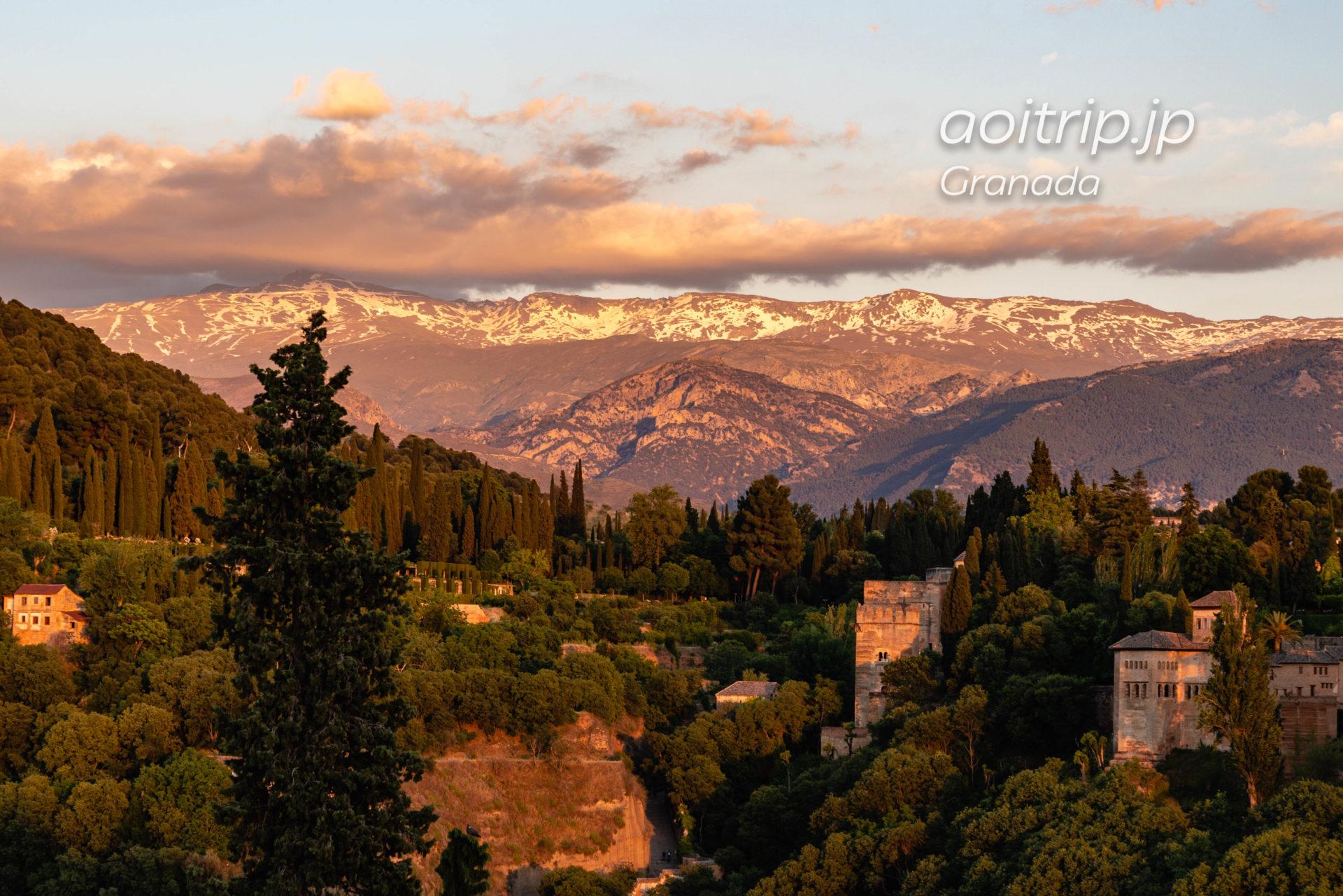 サンニコラス広場展望台から望むシエラネバダ山脈