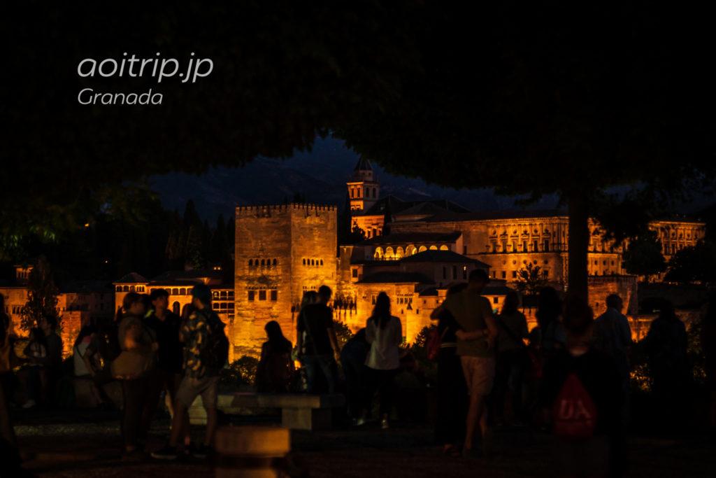 アルバイシン地区のサンニコラス広場から望むアルハンブラ宮殿の夜景