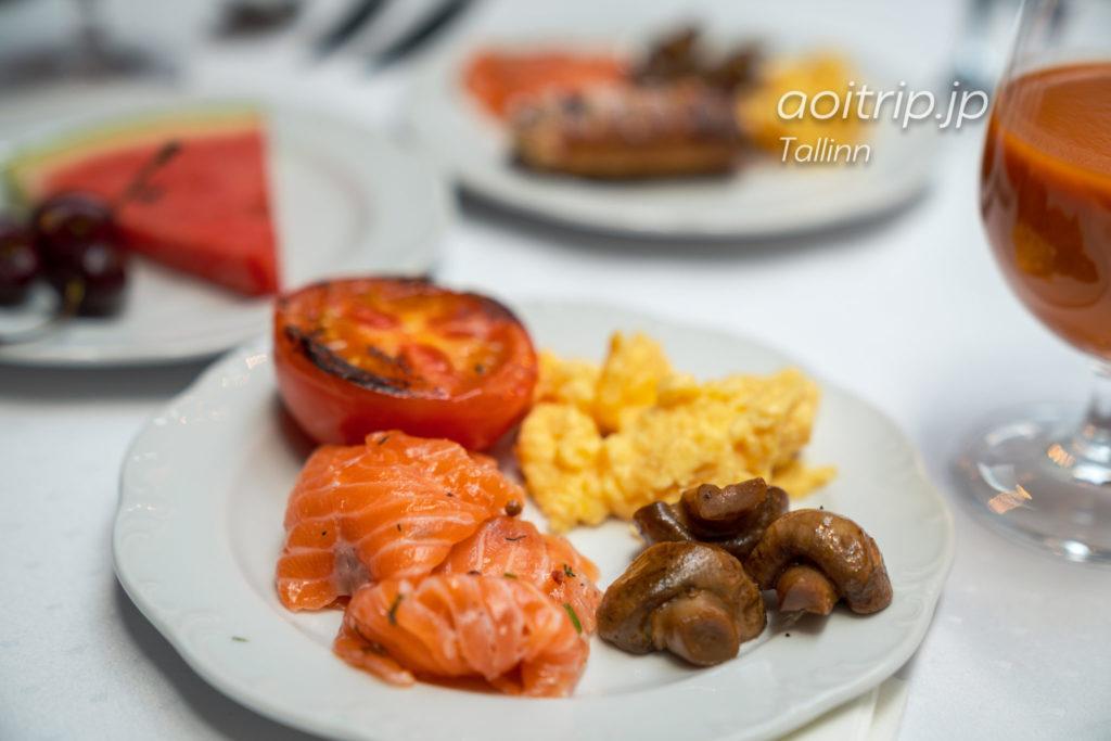 エストニア タリンのホテルテレグラーフ内のレストラン チャイコフスキー 朝食ビュッフェ