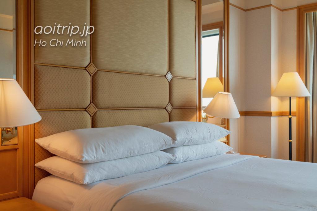 ルネッサンス リバーサイド ホテル サイゴン エグゼクティブスイートのベッドルーム