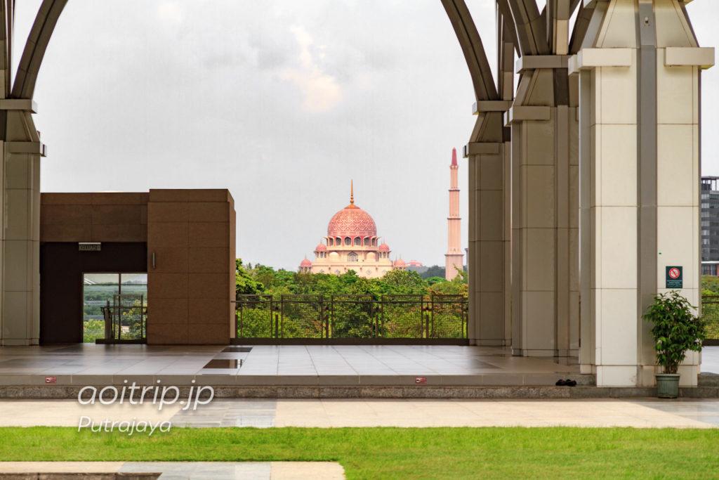 マレーシア プトラジャヤ 鉄のモスクから望むピンクモスク