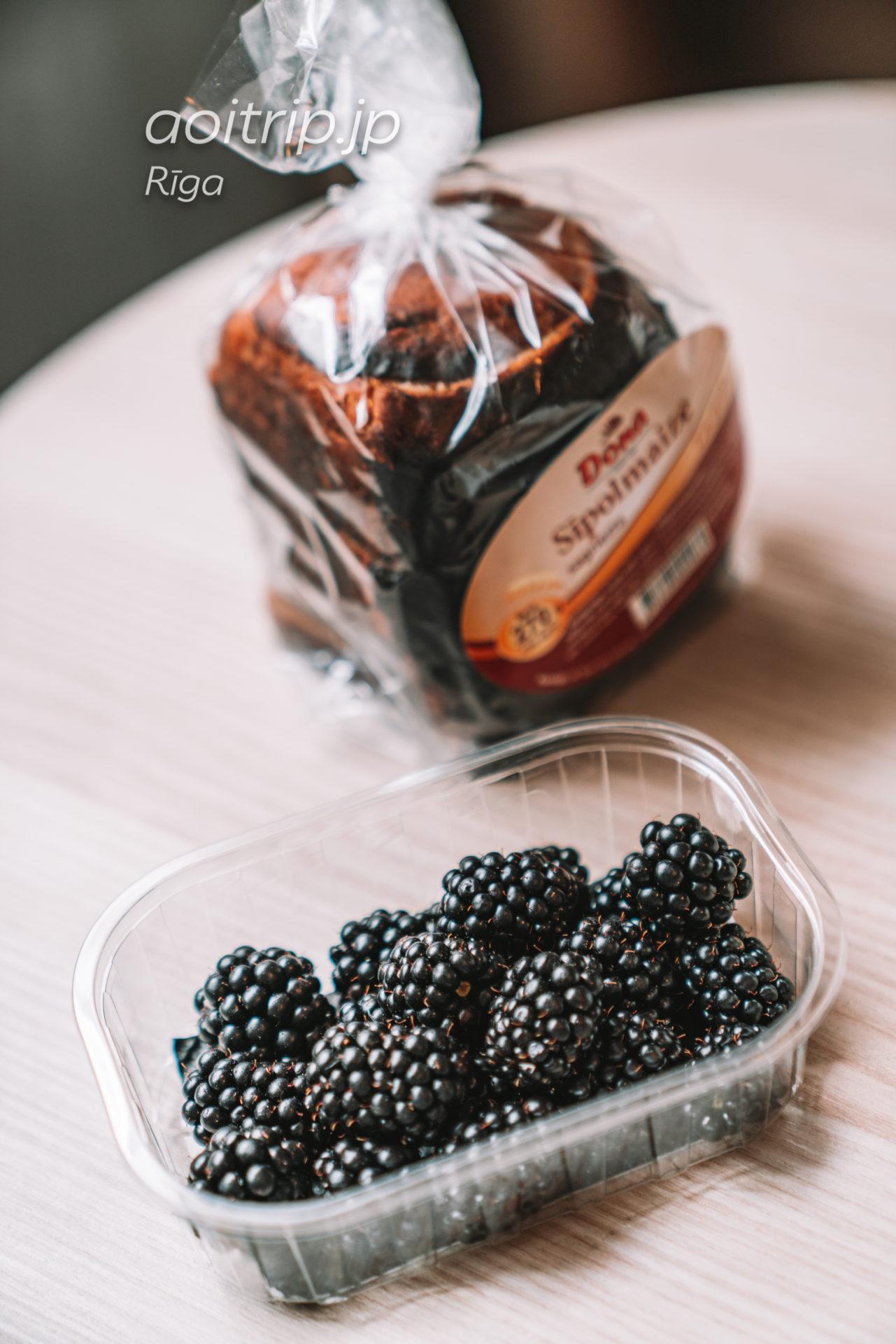 ラトビア リガの中央市場で購入したベリーとパン