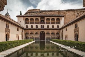 グラナダ アルハンブラ宮殿のナスル朝宮 アラヤネスの中庭
