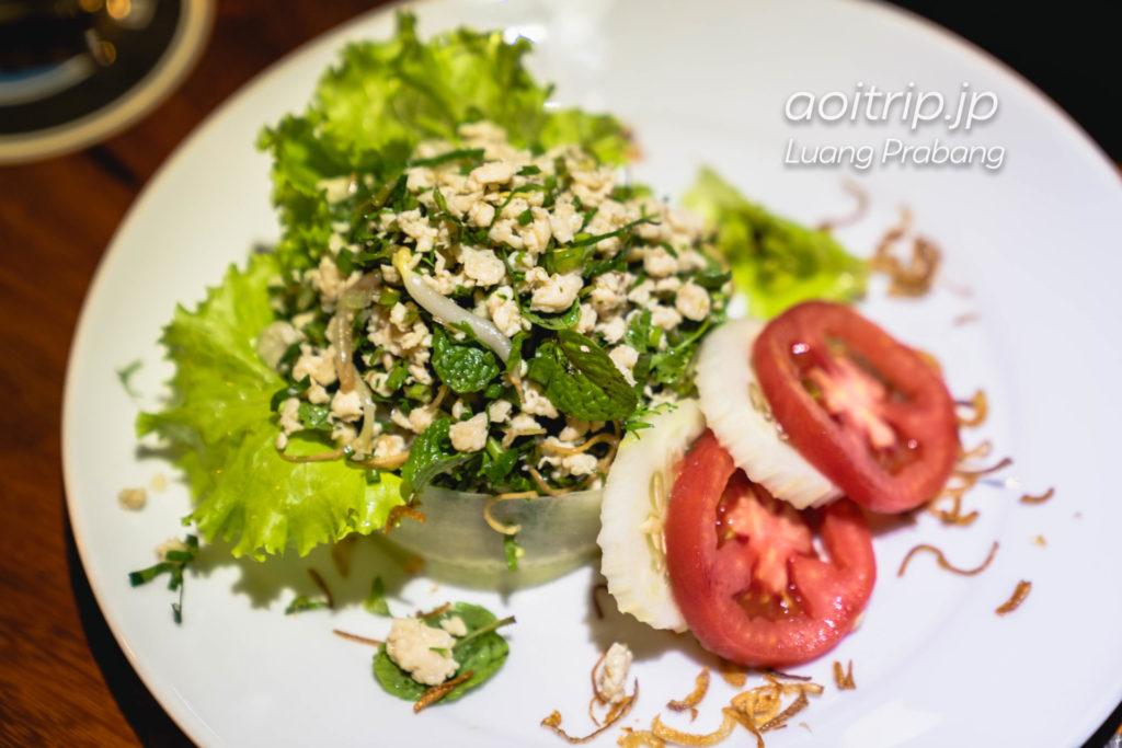 ルアンパバーンのBlue Lagoon Restaurant Larb 78,000キープ(Fried minced tender beef or chicken, mixed with a varety of lao herbs and garnished with green sald)