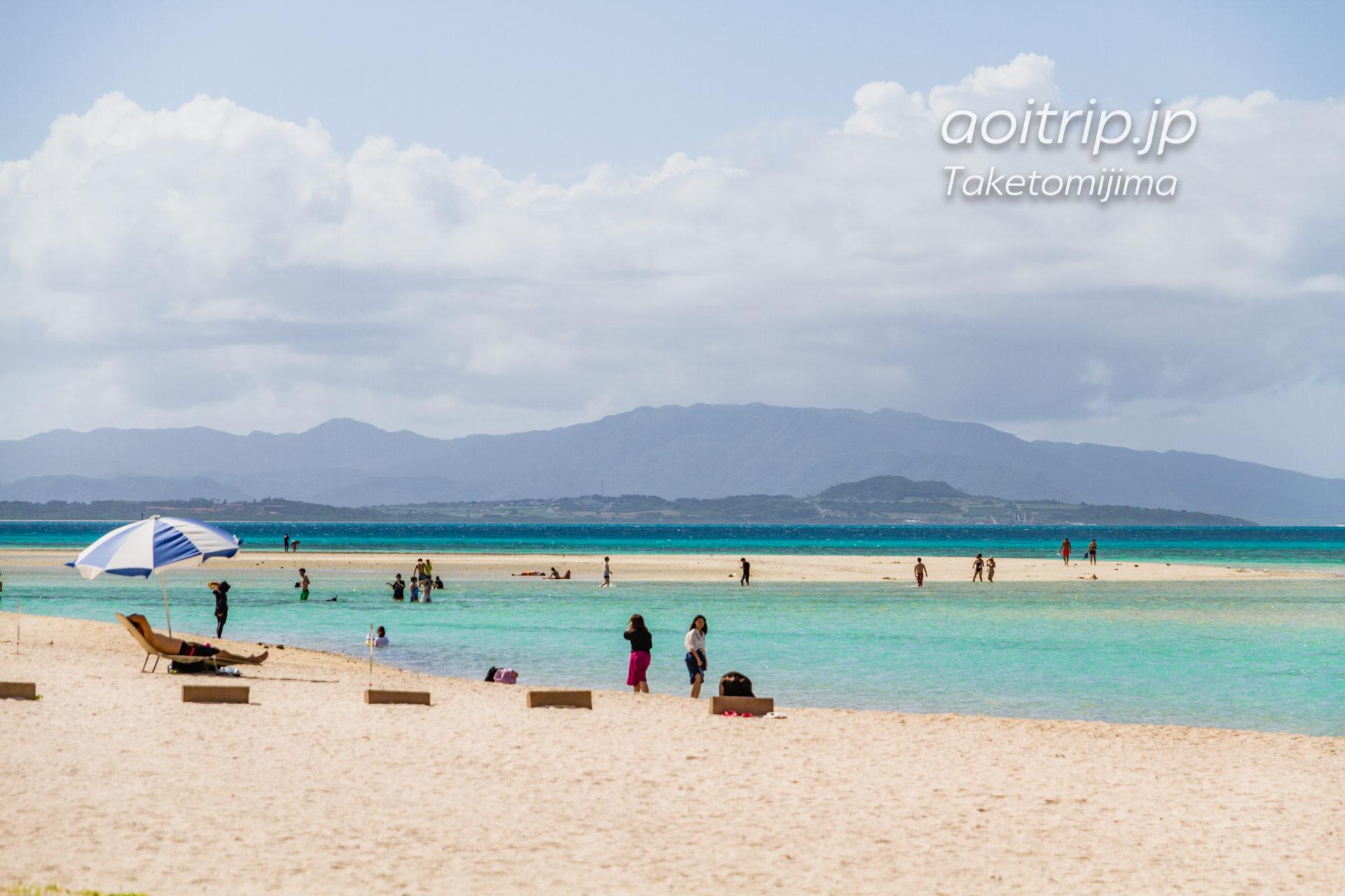 竹富島のコンドイビーチから望む小浜島と西表島