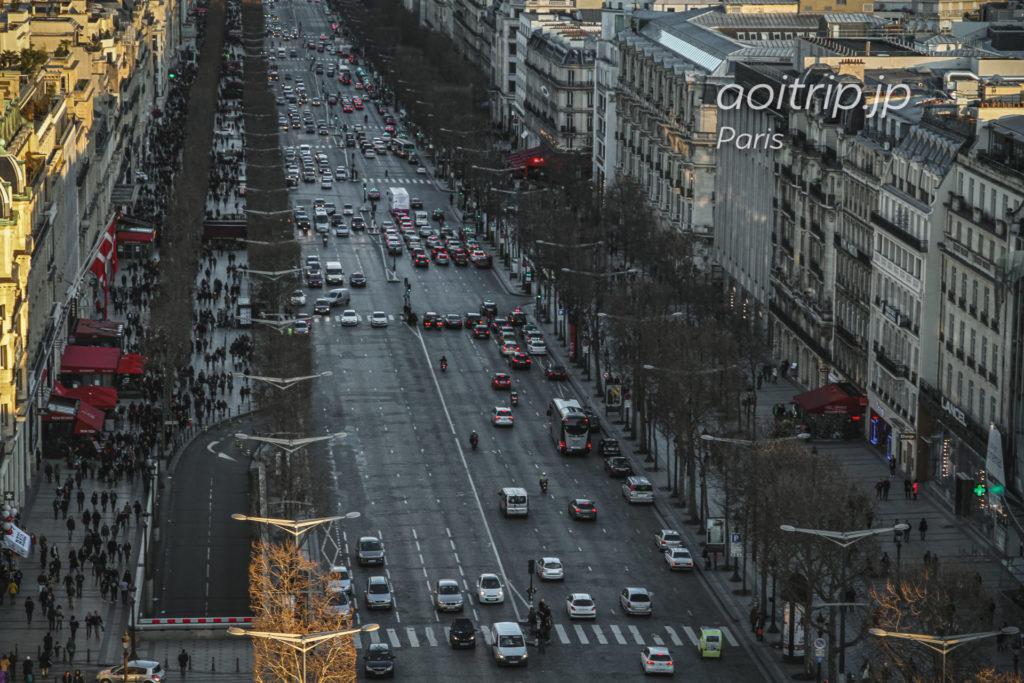パリ・エトワール凱旋門からシャンゼリゼ通りを望む