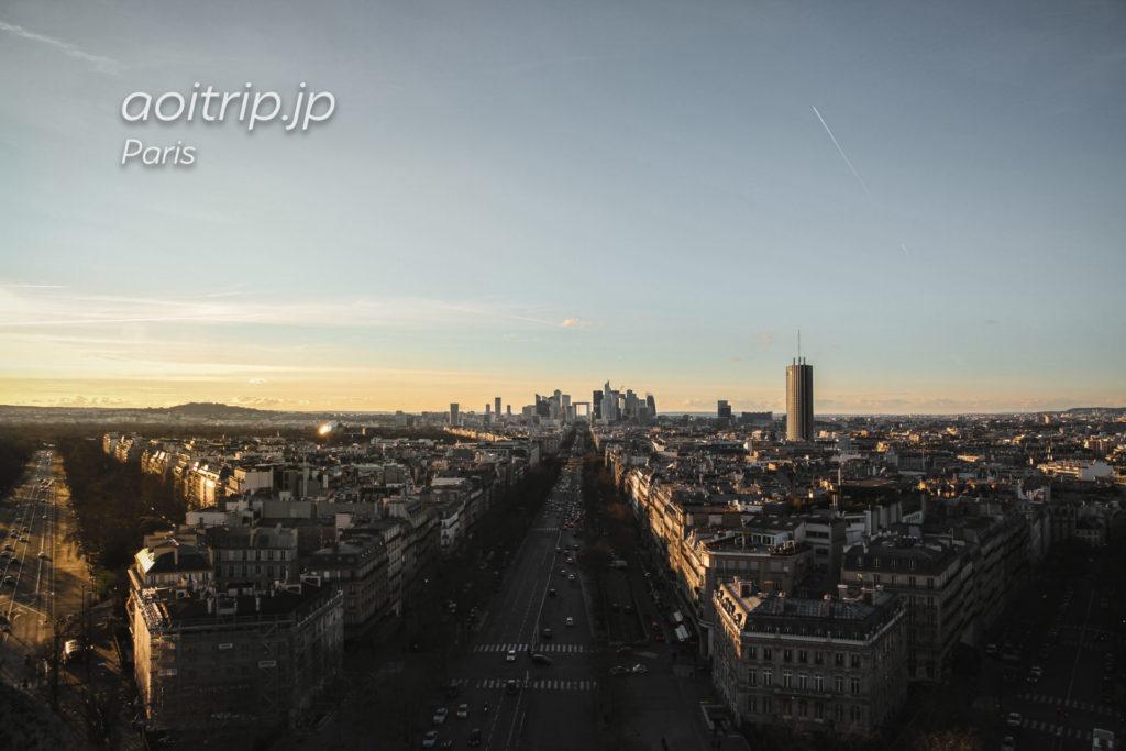 エトワール凱旋門から望むパリのビジネス街ラ・デファンス