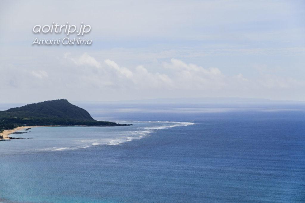 奄美大島 2つの海が見える展望台から望む喜界島