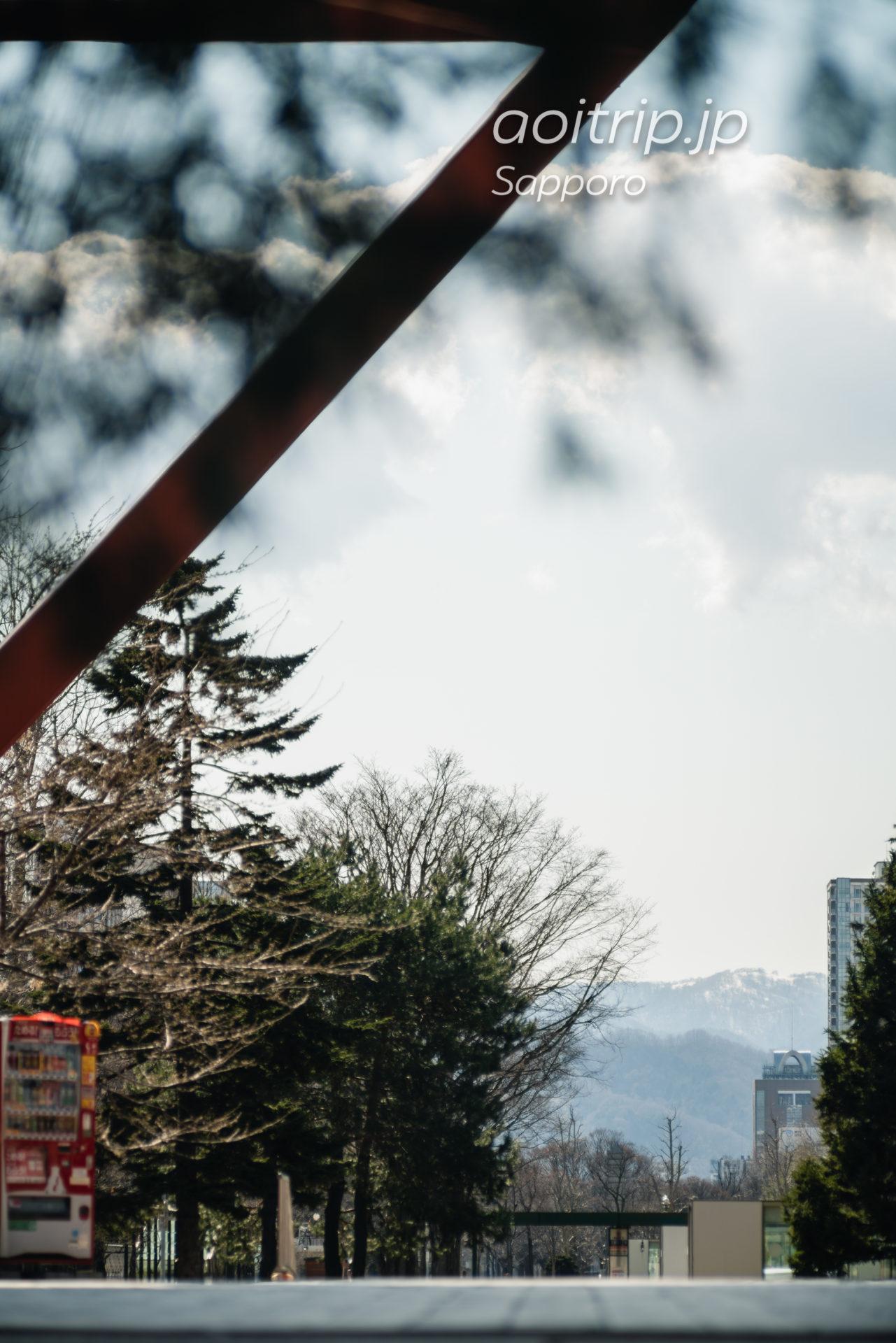 日本光学 Nikon Nikkor-Q・C 135mm F3.5の作例 さっぽろテレビ塔の鉄骨越しの札幌大通り公園