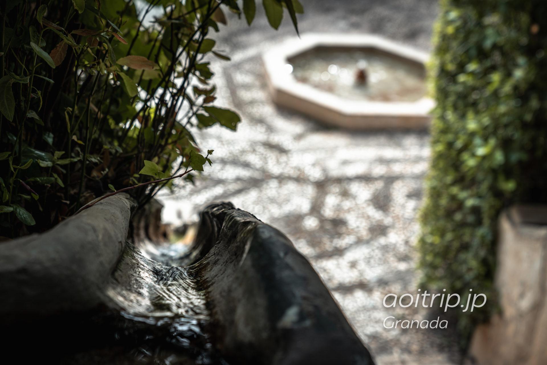グラナダのアルハンブラ宮殿 ヘネラリフェの裏にある水の階段
