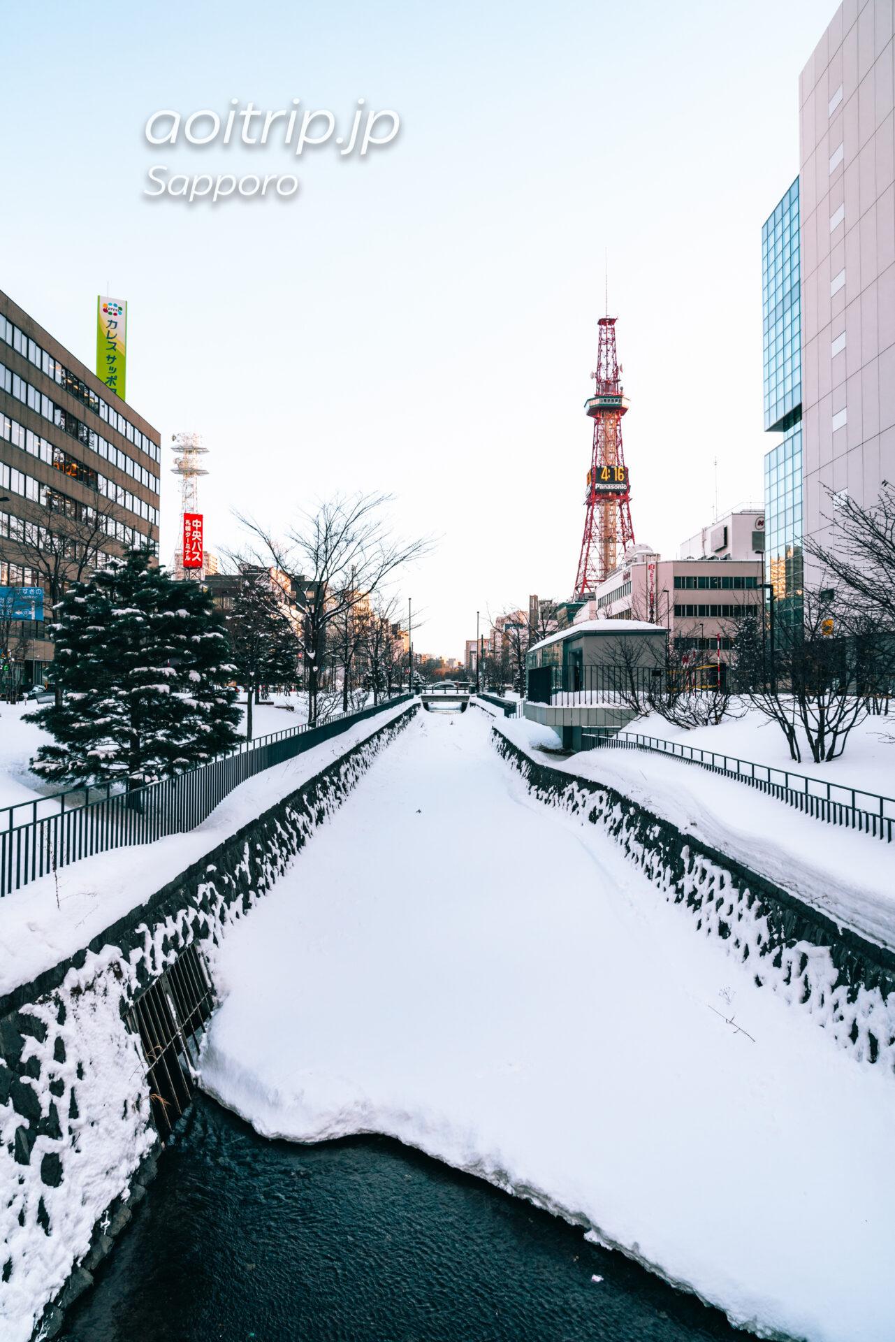 雪が積もる冬の創成川と札幌テレビ塔