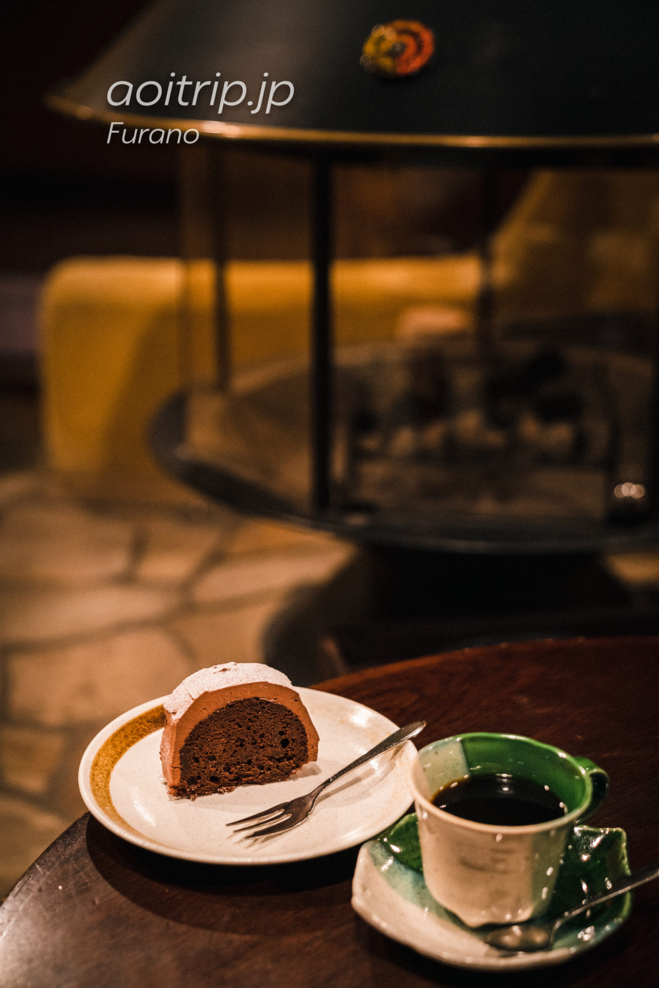 富良野・森の時計のブレンドコーヒーとチョコレートケーキ初雪