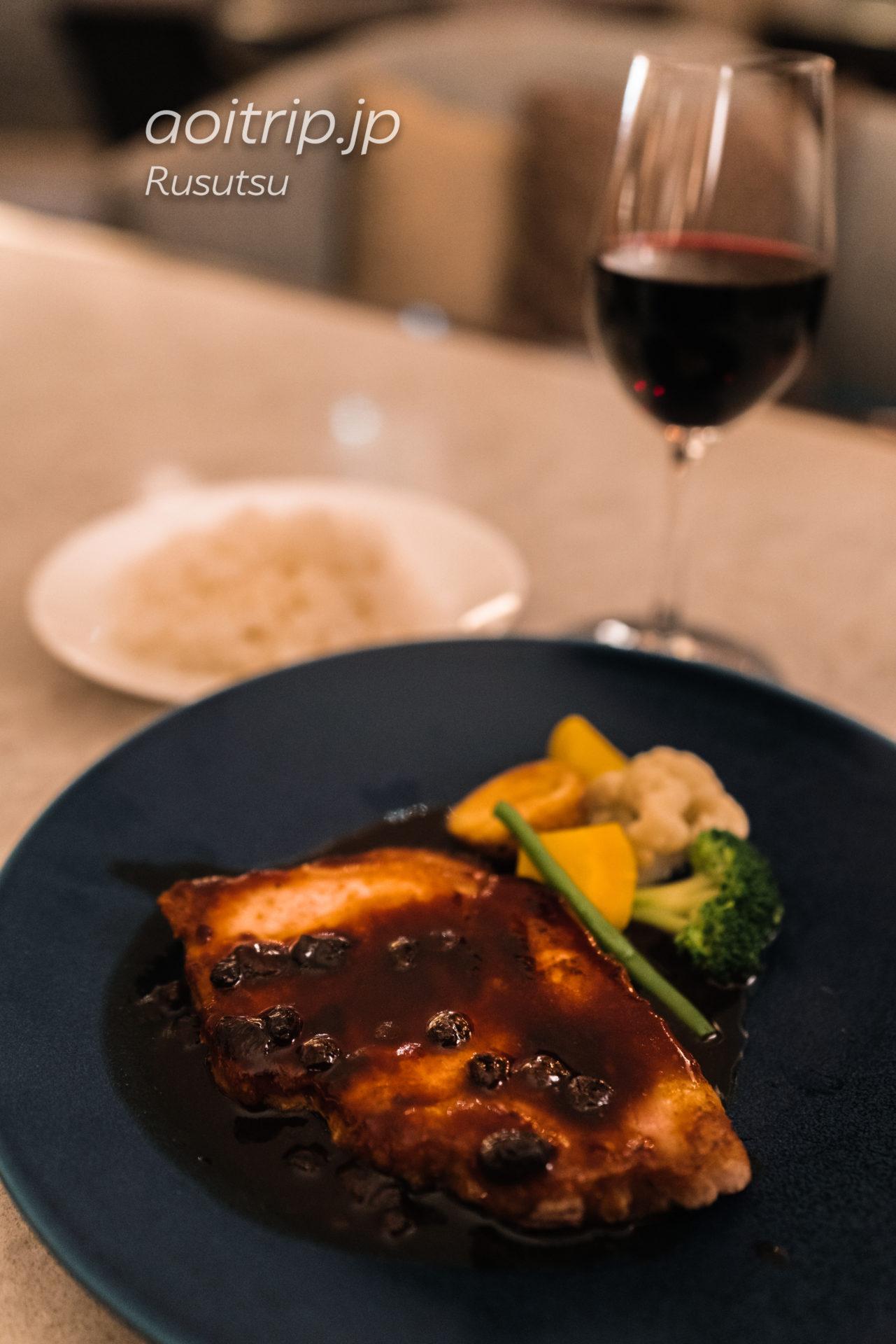 ウェスティンルスツリゾートのアトリウムの夕食 ルスツ高原ポークソテー 北海道ハスカップソース