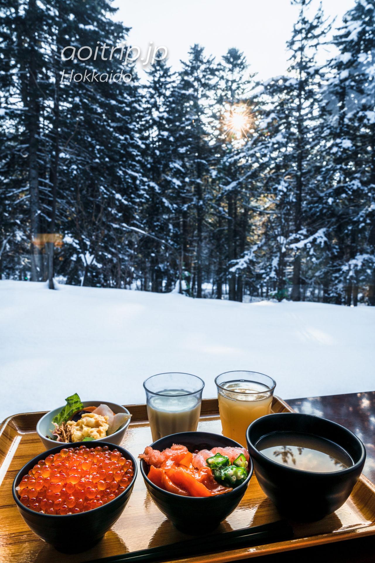星野リゾートトマム 森のレストラン ニニヌプリの朝食ビュッフェ なまら海鮮丼と雪景色