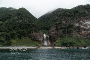 知床観光船おーろらから望むカムイワッカ湯の滝