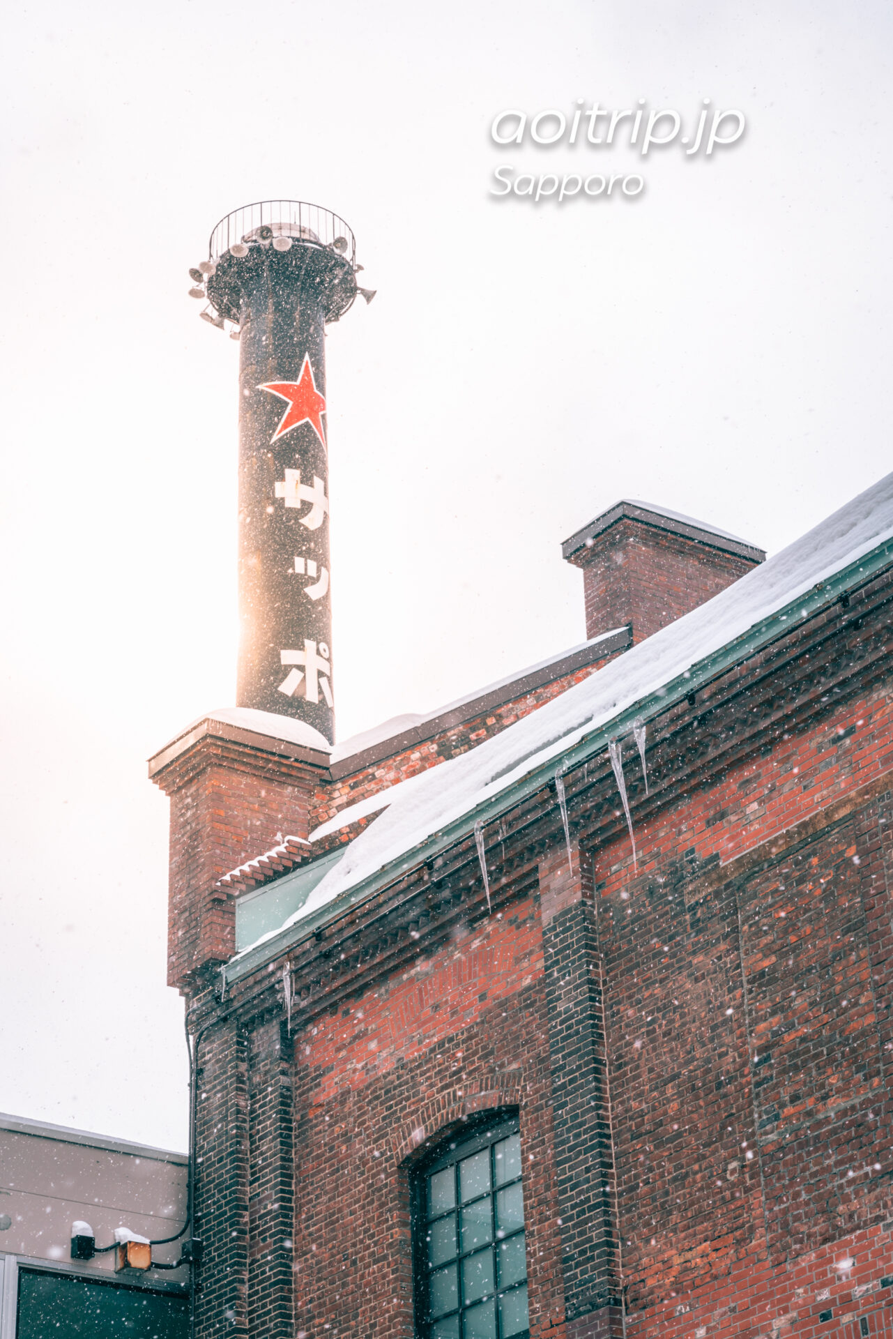 雪の舞う冬のサッポロファクトリー レンガ館