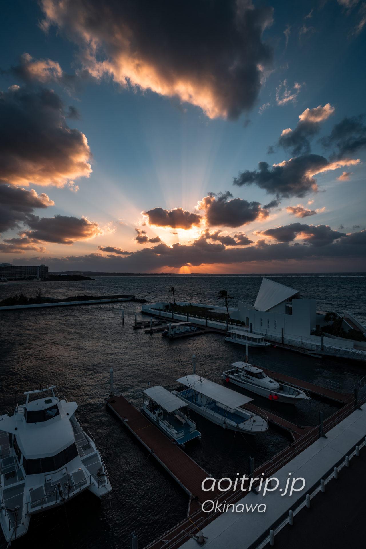 シェラトン沖縄サンマリーナ リゾート Sheraton Okinawa Sunmarina Resort プレミアム オーシャン ツイン オーシャンビュー, サウスタワー Premium Ocean Twin, Guest room バルコニーから望むサンセット
