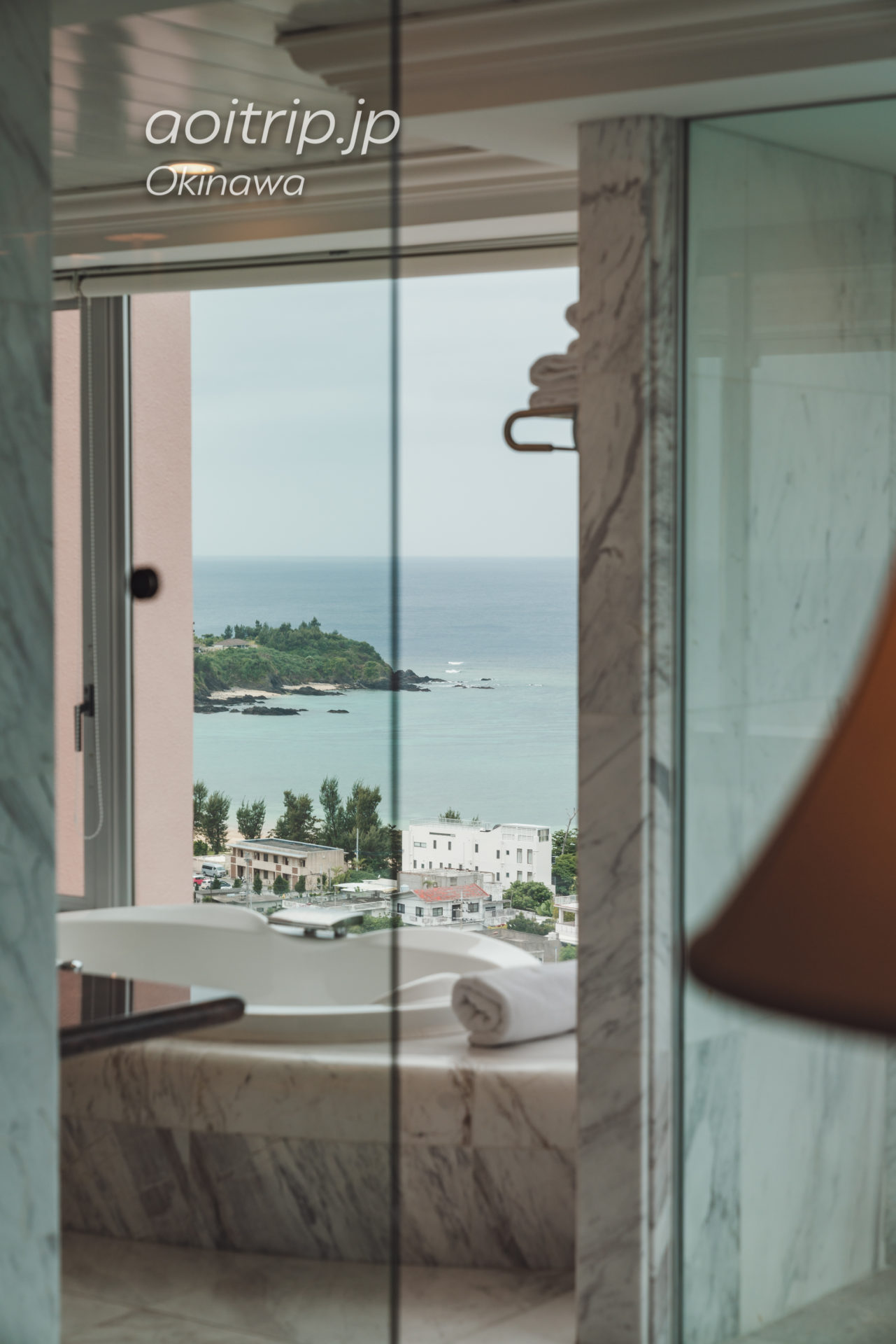 オキナワ マリオット リゾート & スパのバスルーム オーシャンビュー