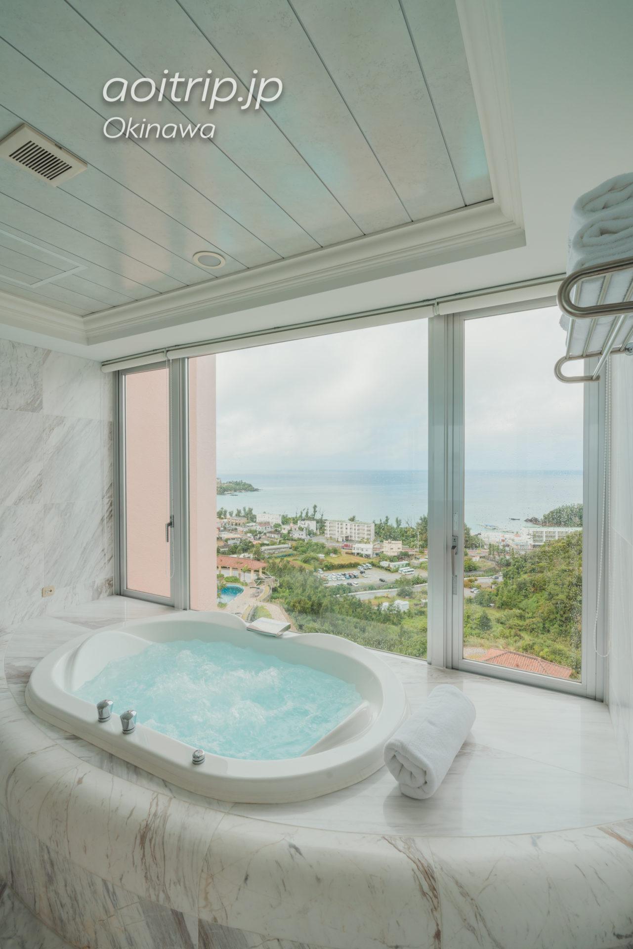 オキナワ マリオット リゾート & スパのスイートルーム バスルーム オーシャンビュー