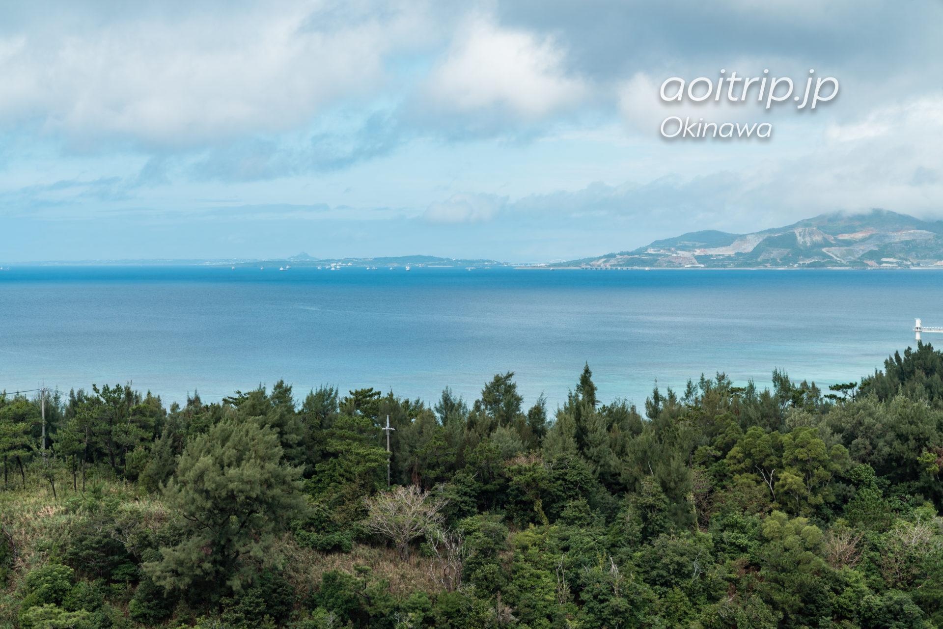 オキナワ マリオット リゾート & スパのバルコニーから望む瀬底島、伊江島