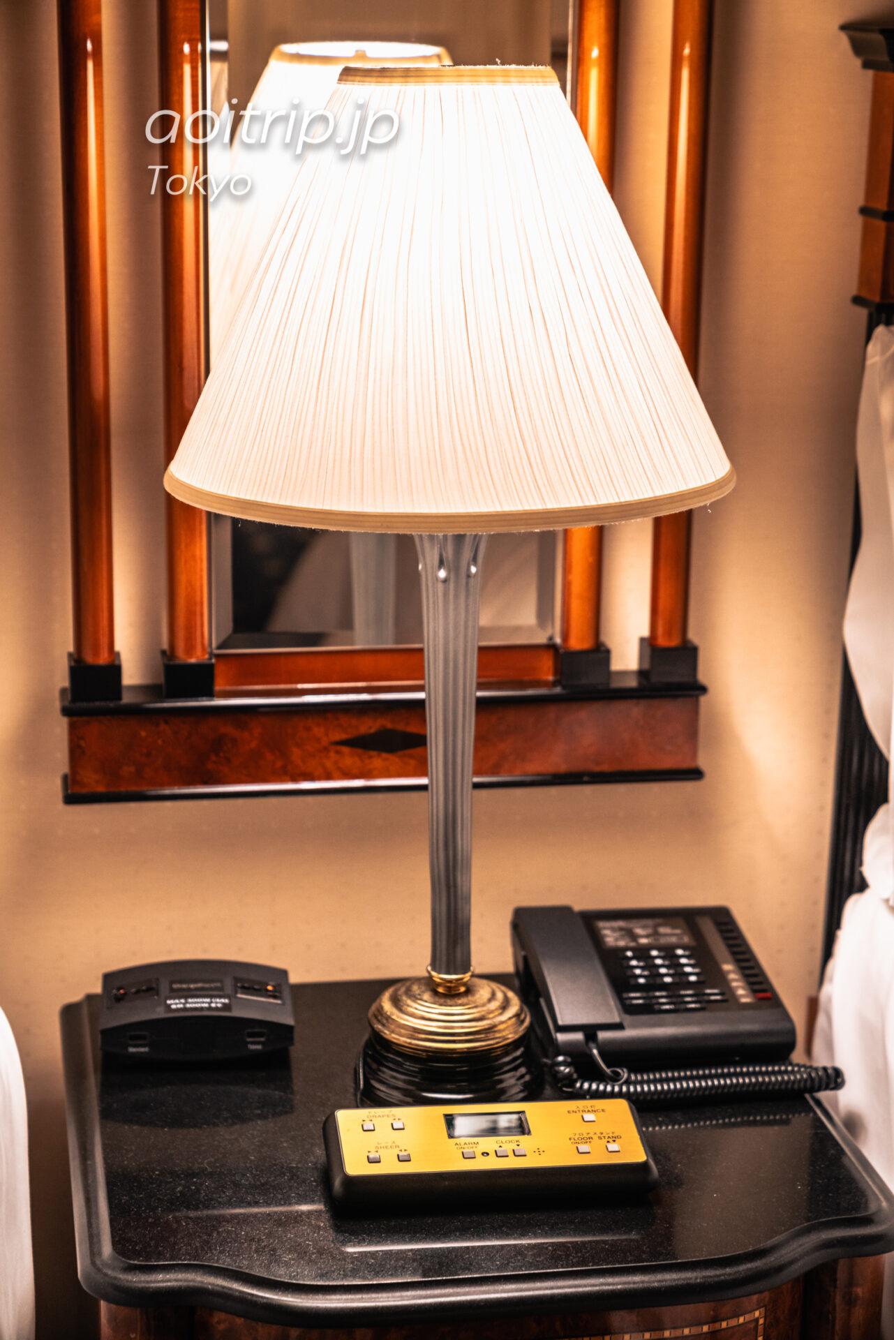 ウェスティン東京 デラックススイート ダブルベッド2台, クラブラウンジ, 東京タワービュー Deluxe Suite 2 Double, Club lounge access, 1 Bedroom Suite, Tokyo Tower view ベッドのサイドテーブルとコンセント