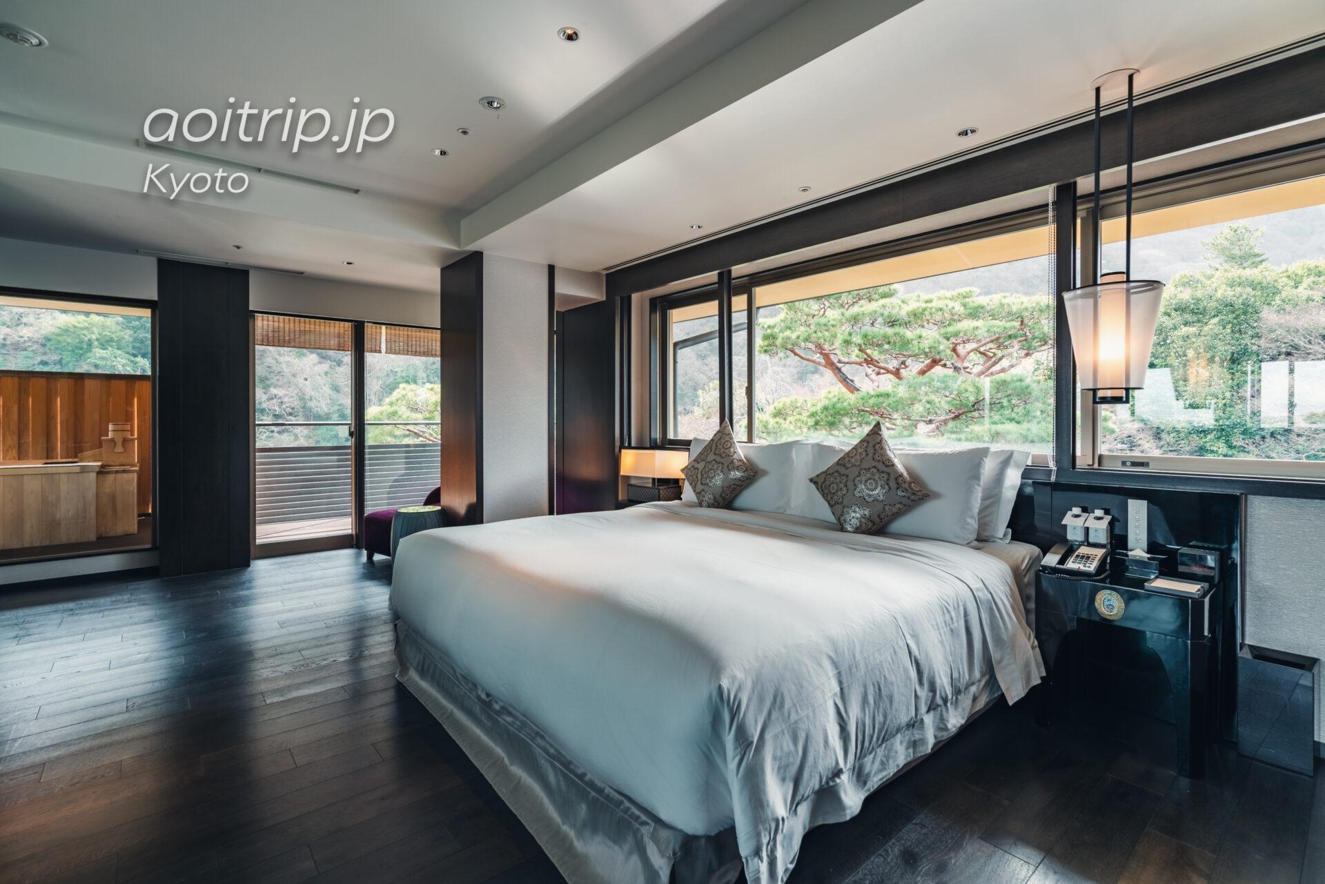 翠嵐(すいらん)プレジデンシャルコーナースイート SUIRAN 1 Bedroom Presidential Suite, 1 King, Hozu River view, Mountain view, Corner room ベッドルーム