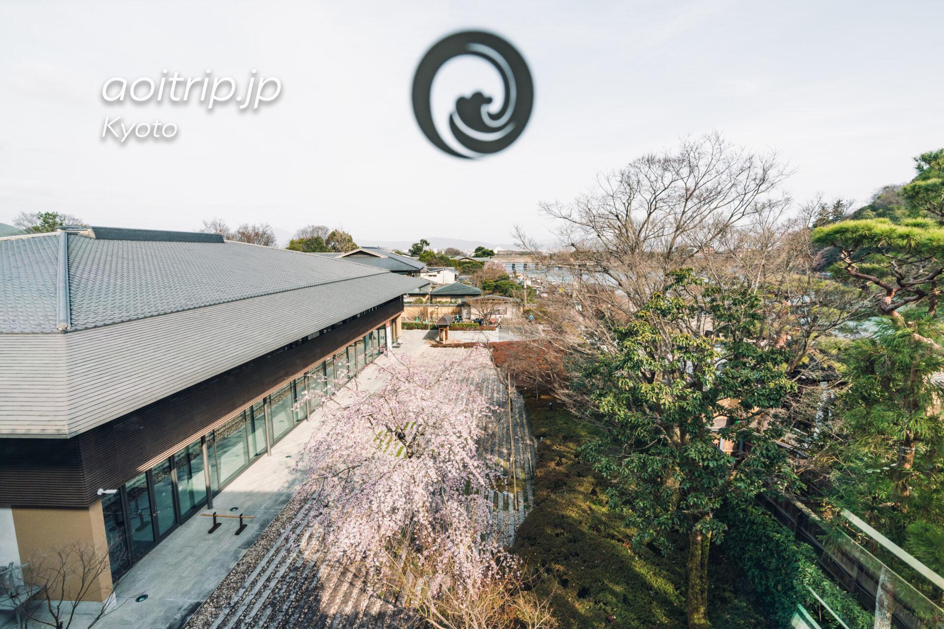 翠嵐(すいらん)プレジデンシャルコーナースイートから渡月橋と嵯峨嵐山文華館の枝垂れ桜を望む