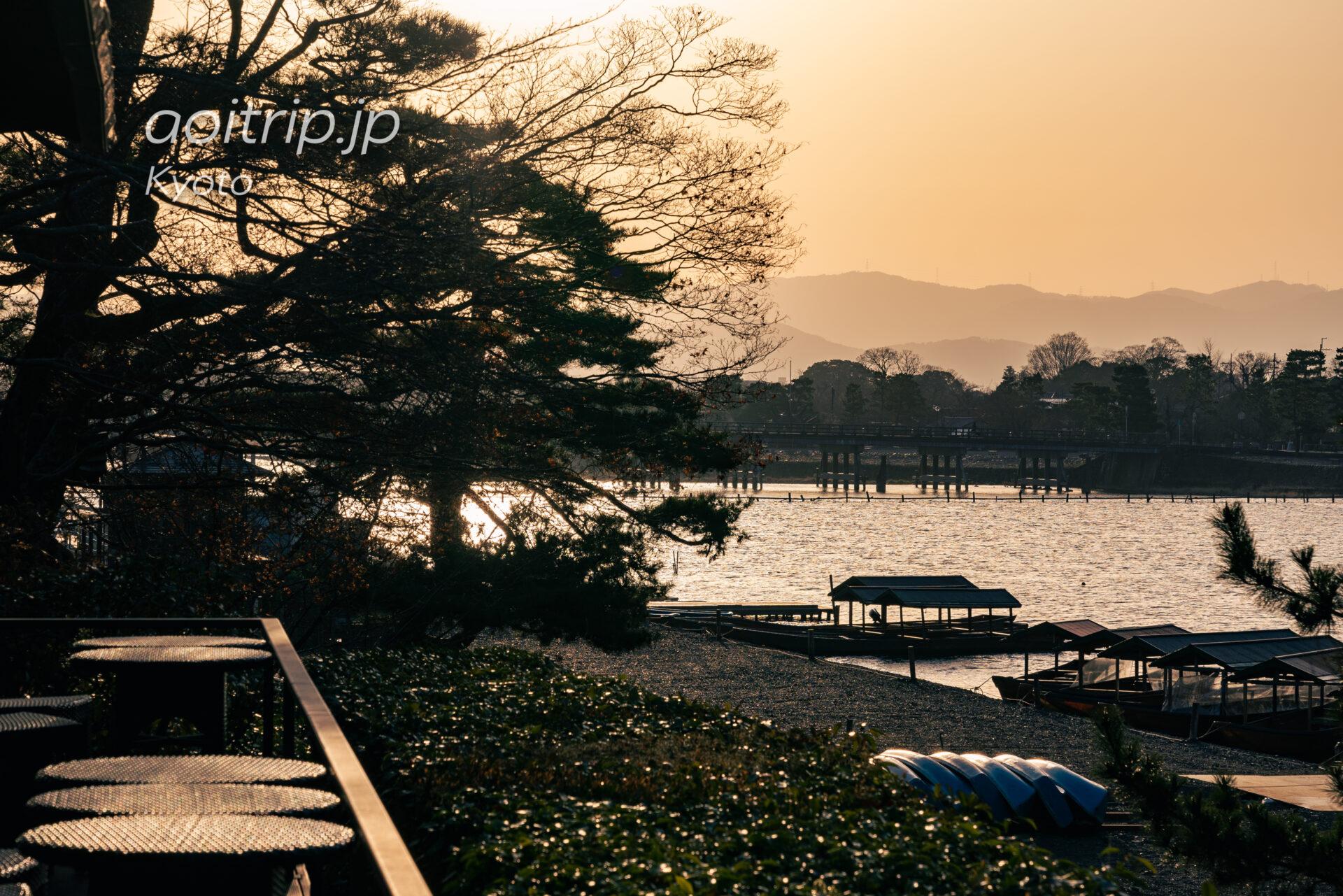 早朝の茶寮八翠から渡月橋を望む