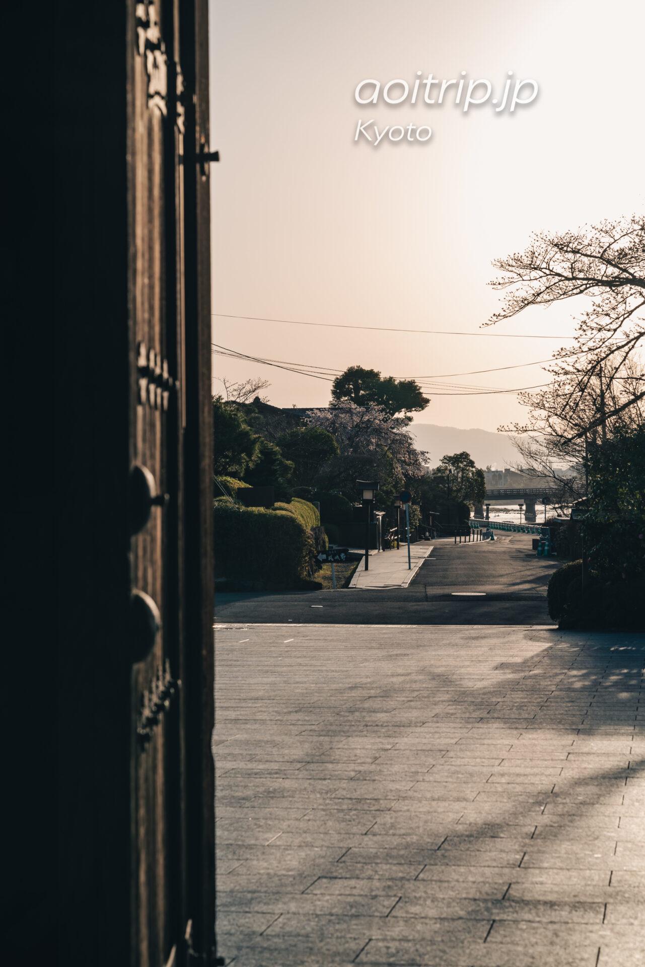 翠嵐 ラグジュアリーコレクションホテル 京都 宿泊記|Suiran, a Luxury Collection Hotel, Kyoto 早朝、表玄関より渡月橋を望む