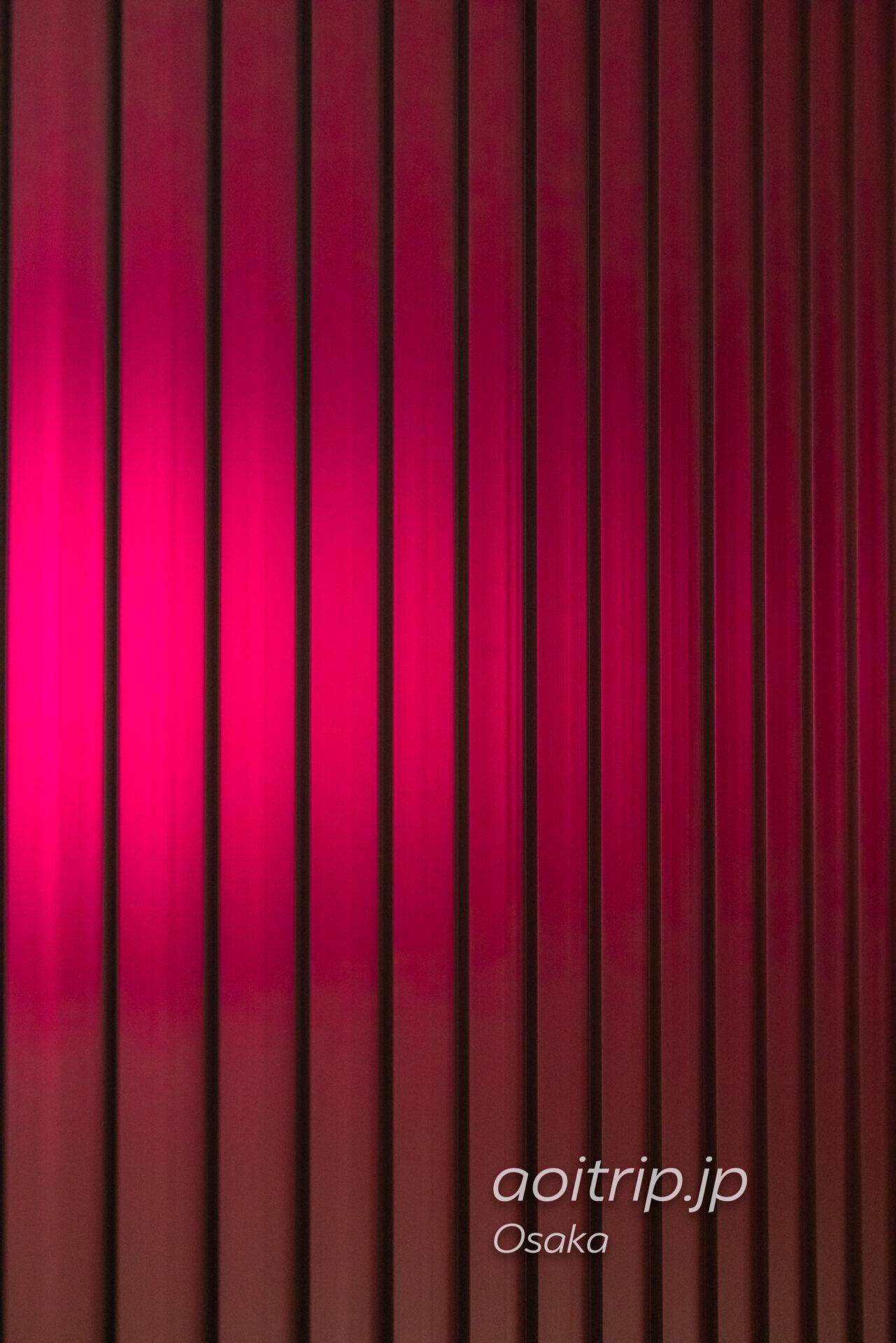 W大阪の客室内廊下 トタンのようなデザイン