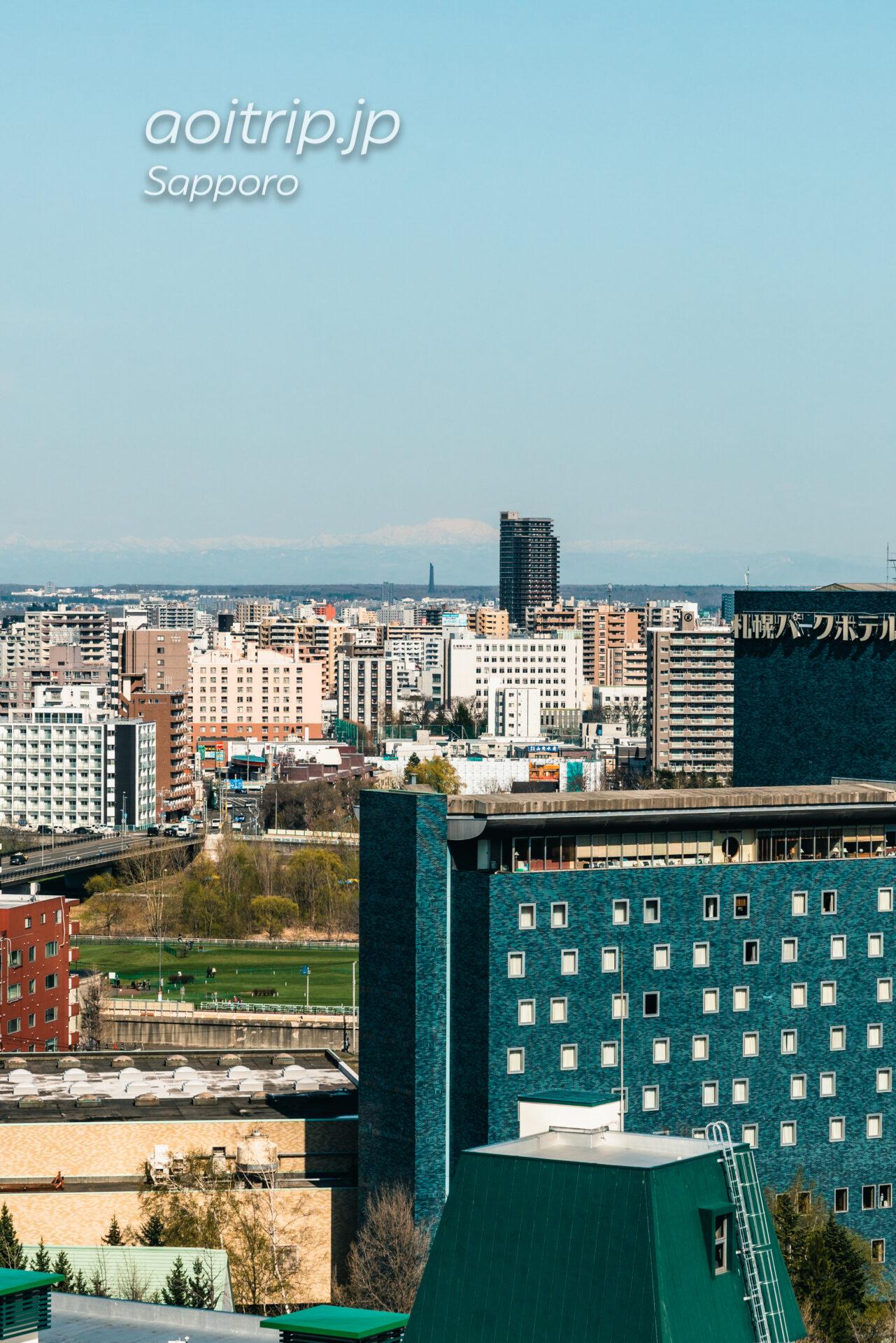 プレミアホテル中島公園札幌 客室からの眺望。北海道百年記念塔と夕張岳