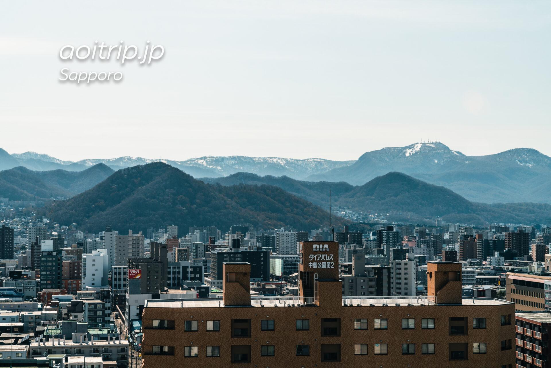プレミアホテル中島公園札幌 西向き客室からの眺望。三角山、円山、手稲山
