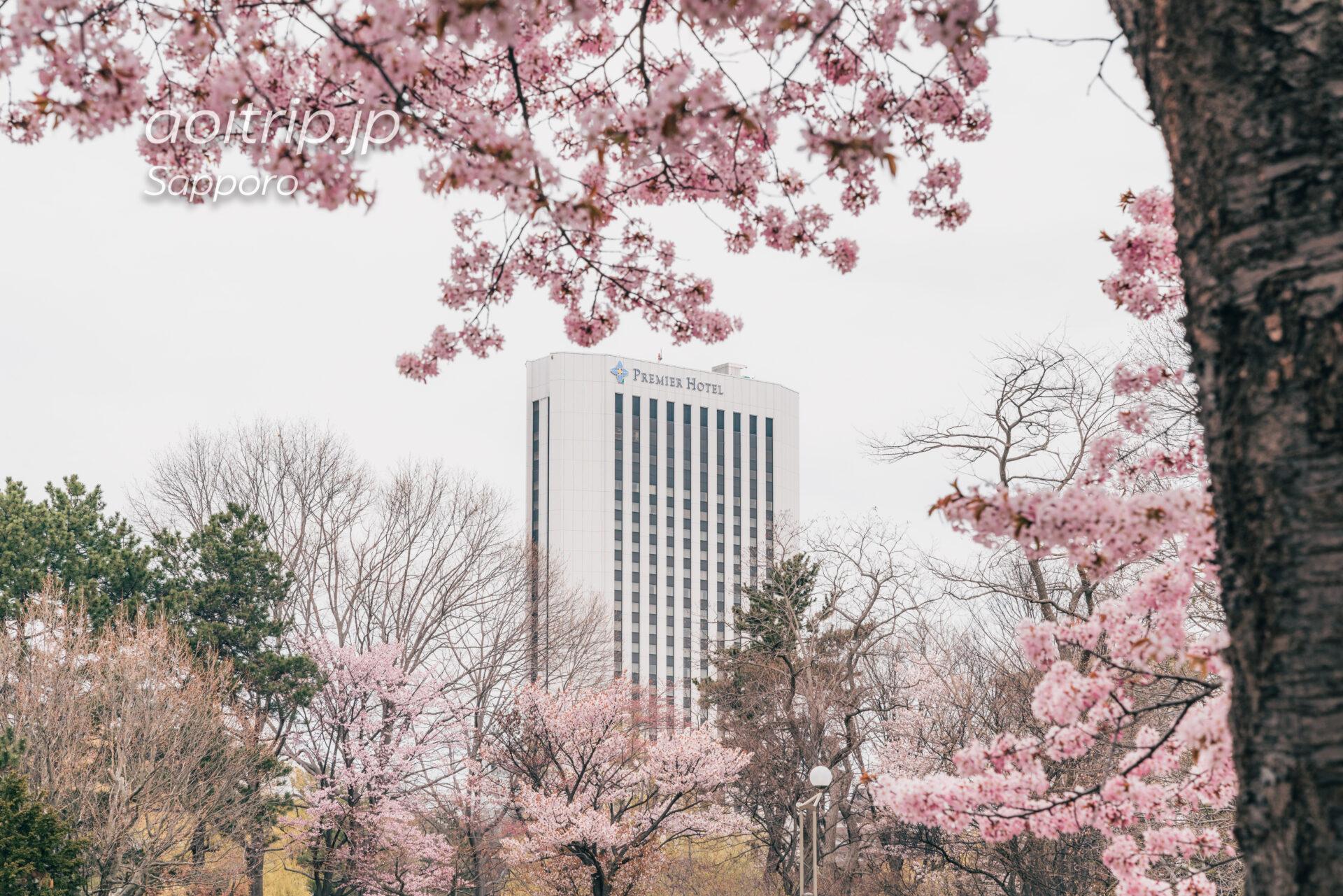 エゾヤマザクラ越しのプレミアホテル札幌中島公園