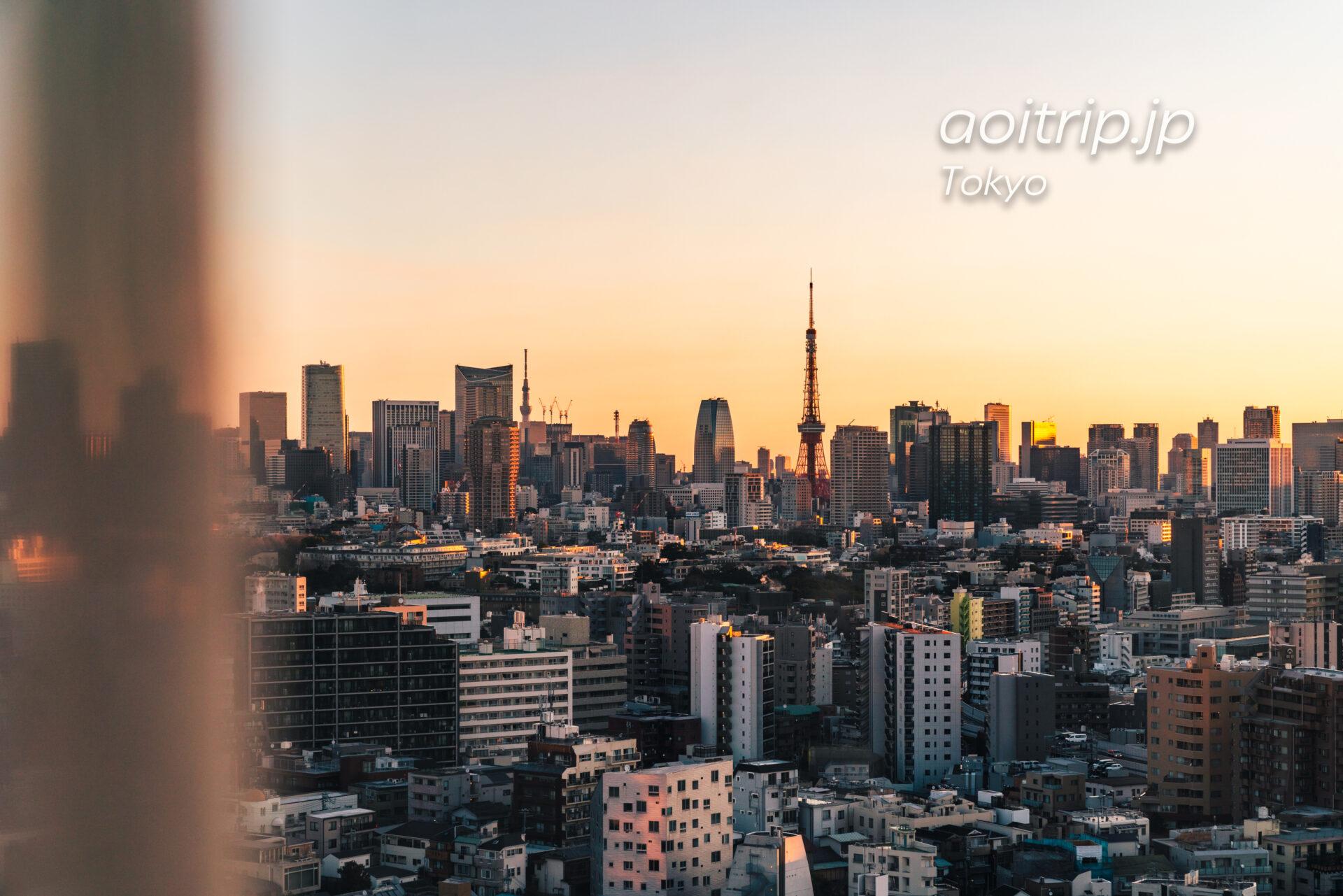 ザ ウェスティン ホテル 東京のスイートルーム客室から望む朝焼けの東京タワーと東京スカイツリー