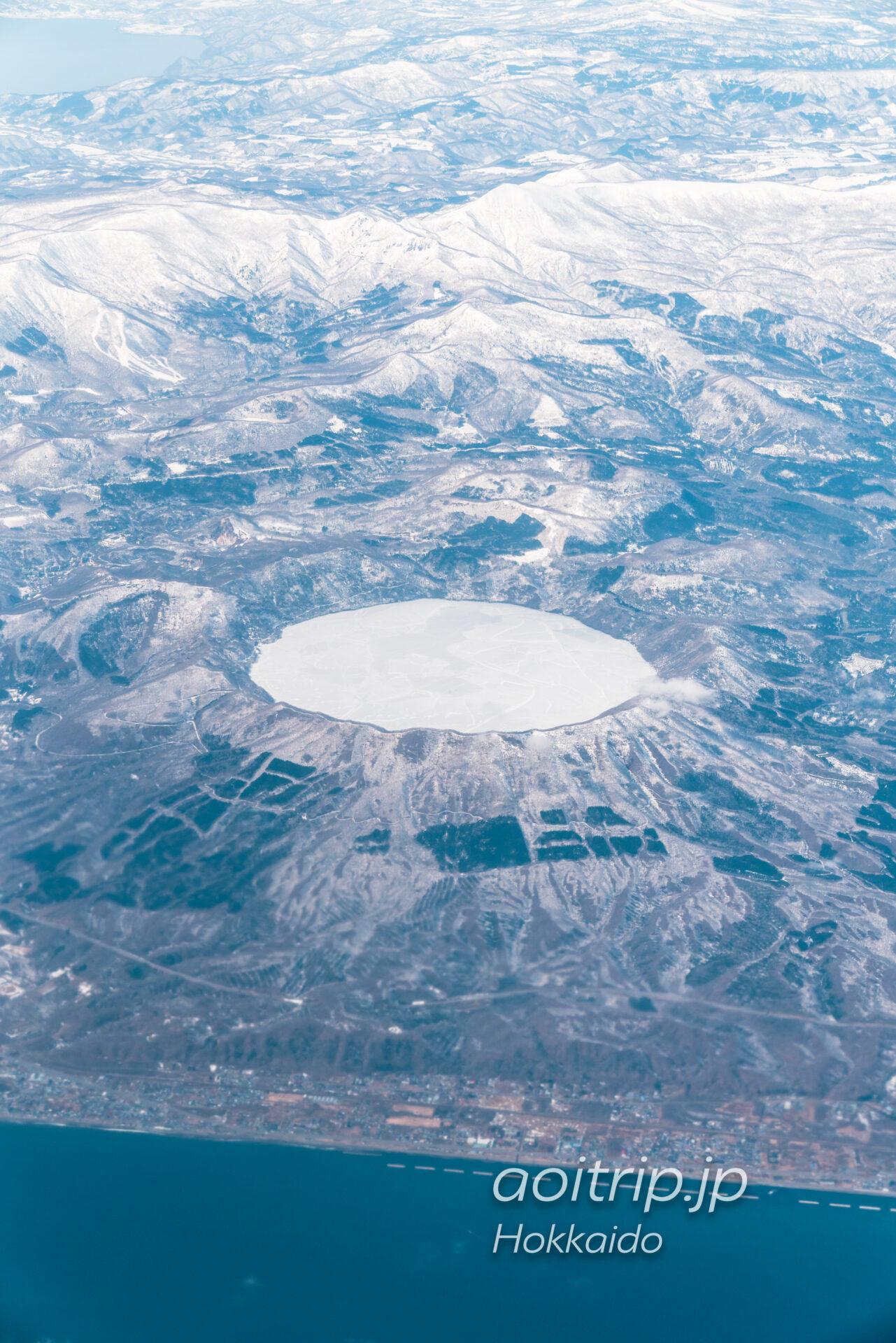 北海道の航空写真 飛行機の窓から 3月 支笏洞爺国立公園の眺望 倶多楽湖