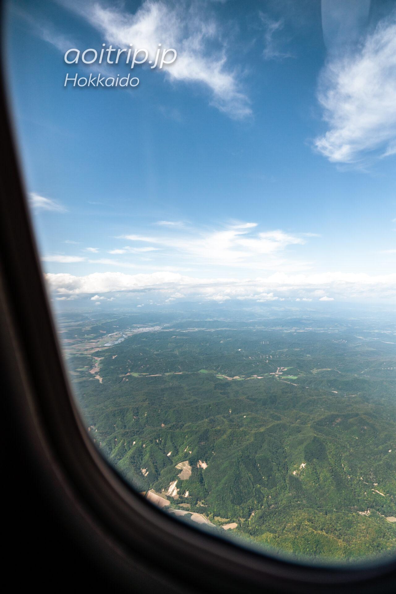 北海道の航空写真 飛行機の窓から 9月 下足寄湖と足寄町