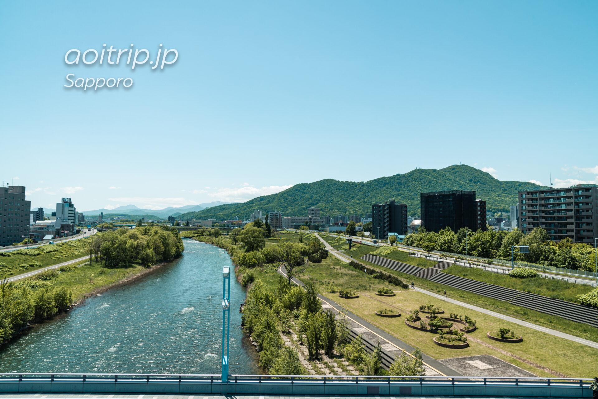 札幌の幌平橋から望む藻岩山と恵庭岳
