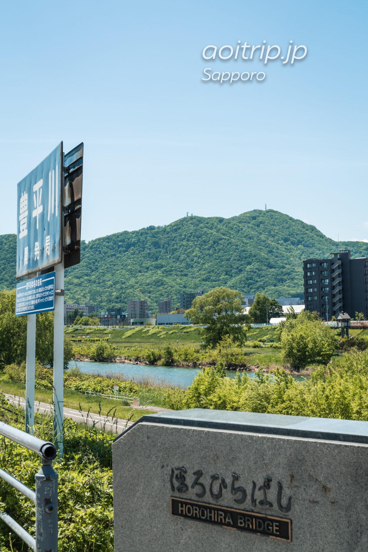 札幌の幌平橋から望む豊平川越しの藻岩山