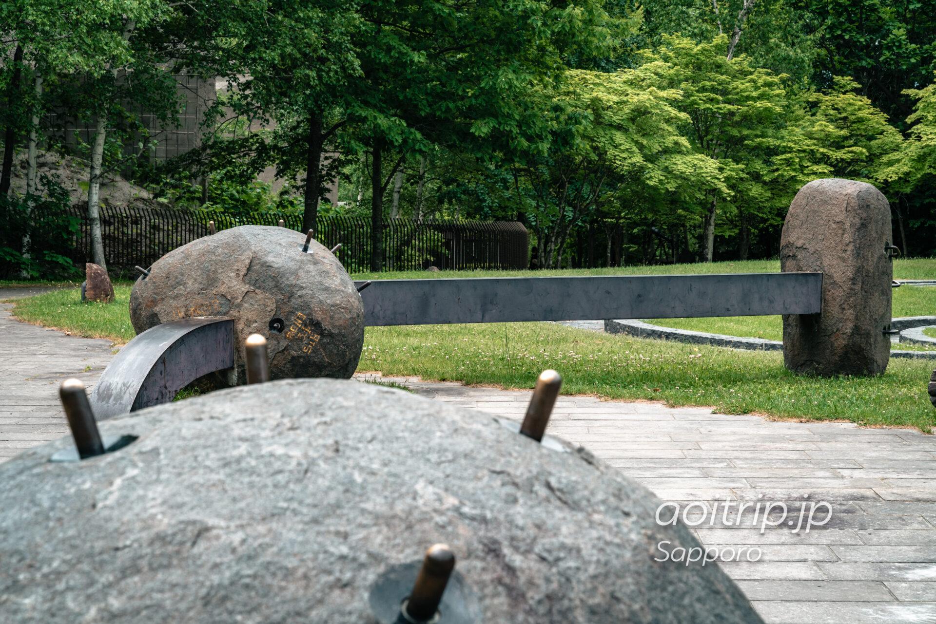 札幌 石山緑地の手つなぎ石