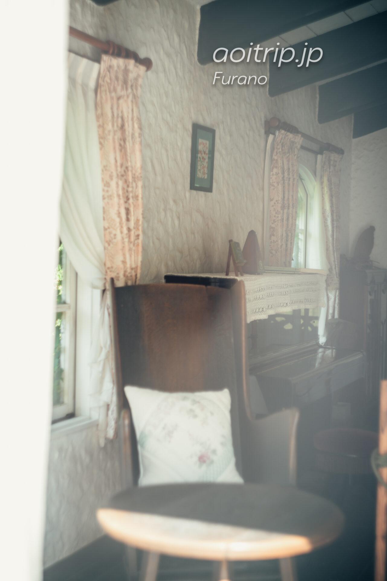 風のガーデン グリーンハウス内にあるピアノ ドラマでは白鳥岳が演奏を行なった