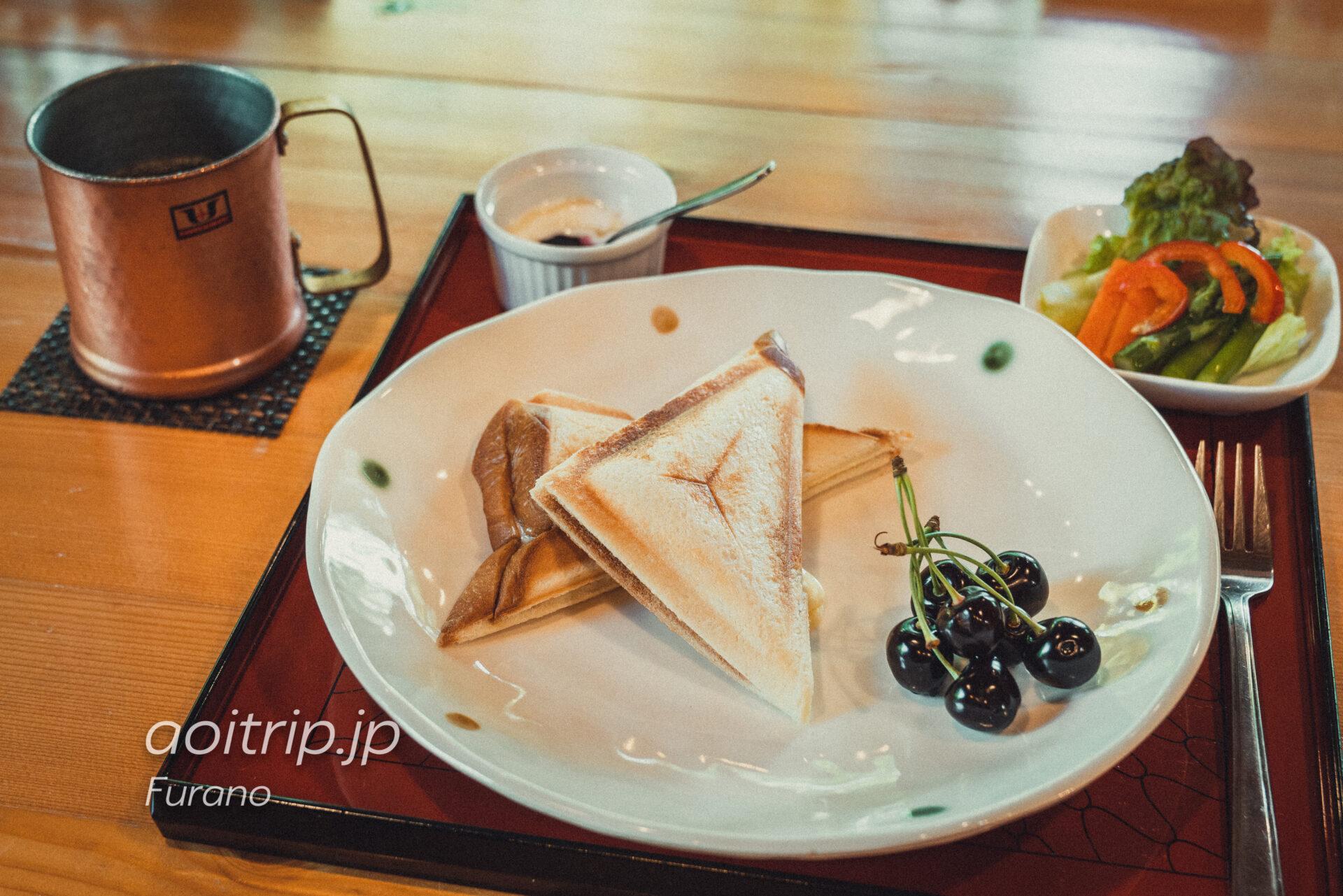 富良野の喫茶・ギャラリー「あかなら(元北時計)」の軽食セット、ホットサンド