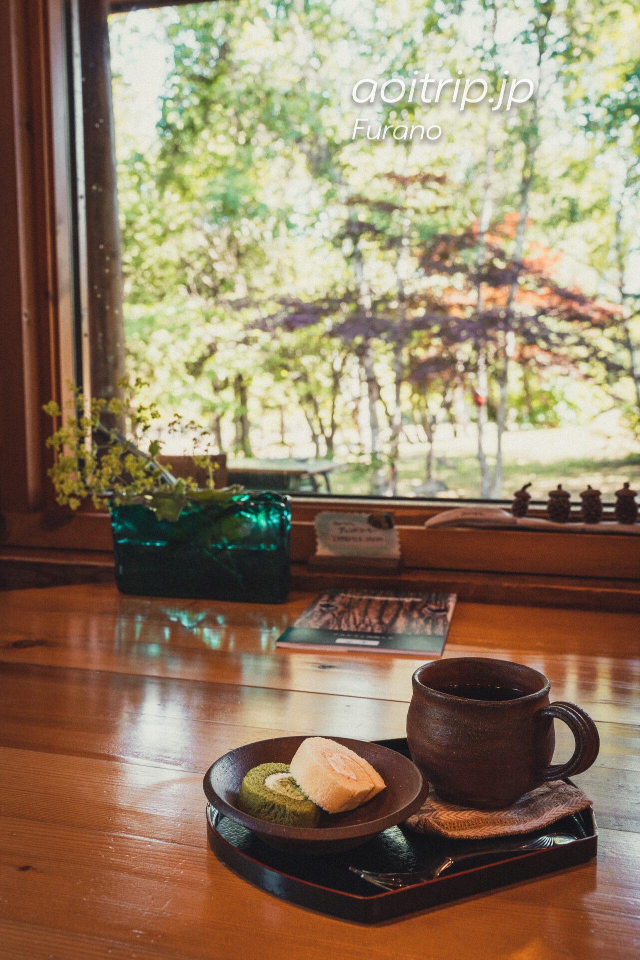 富良野の喫茶・ギャラリー「あかなら(元北時計)」のコーヒーとロールケーキのセット